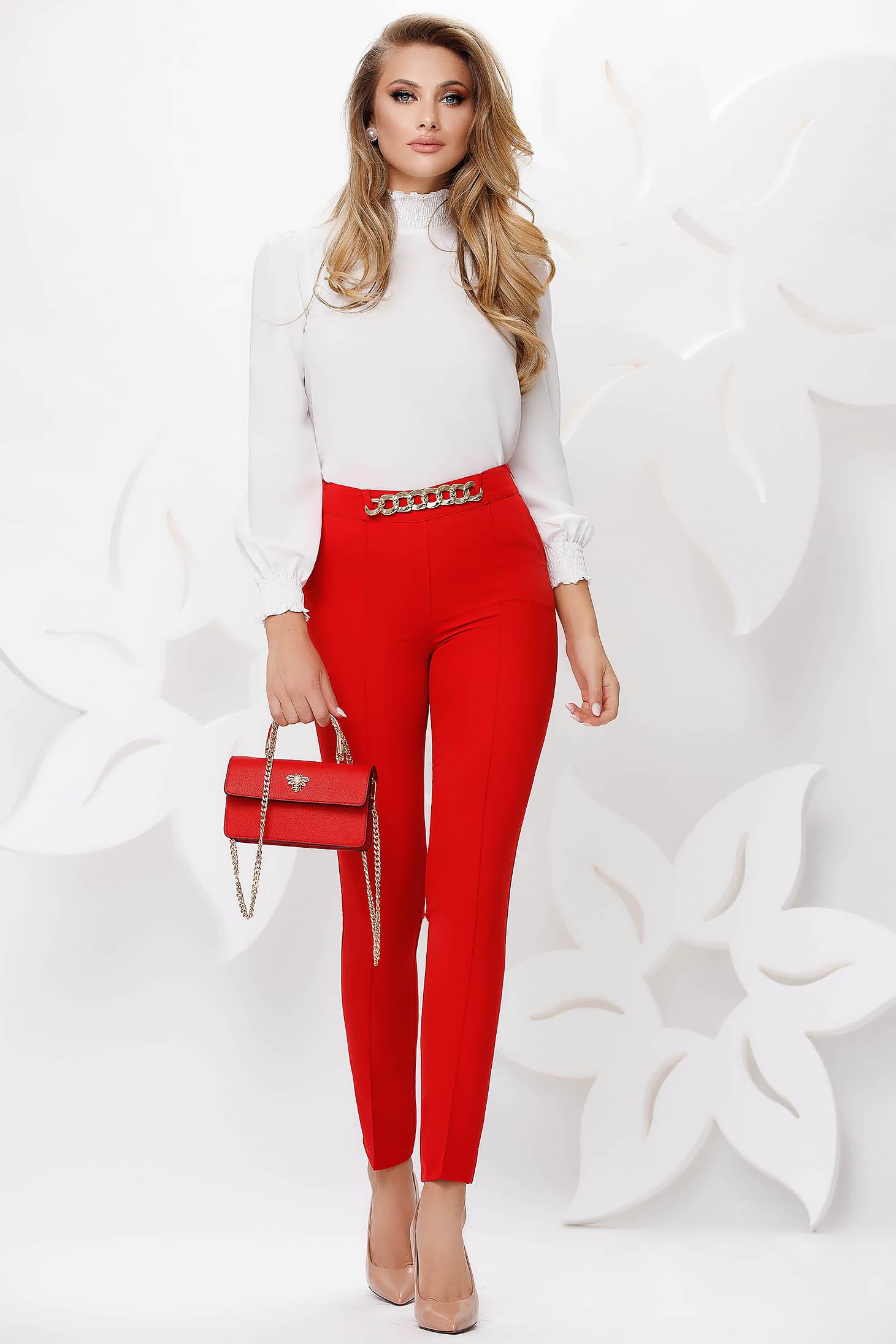 Pantaloni Fofy rosii office conici accesorizati cu lant metalic