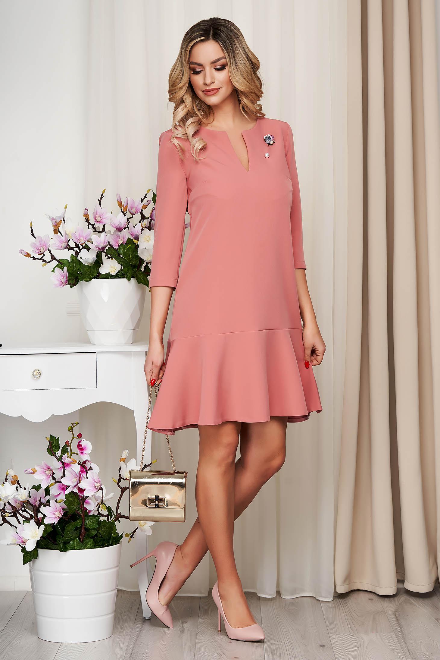 Rochie StarShinerS roz prafuit din stofa elastica fara captuseala cu decolteu in v accesorizata cu brosa