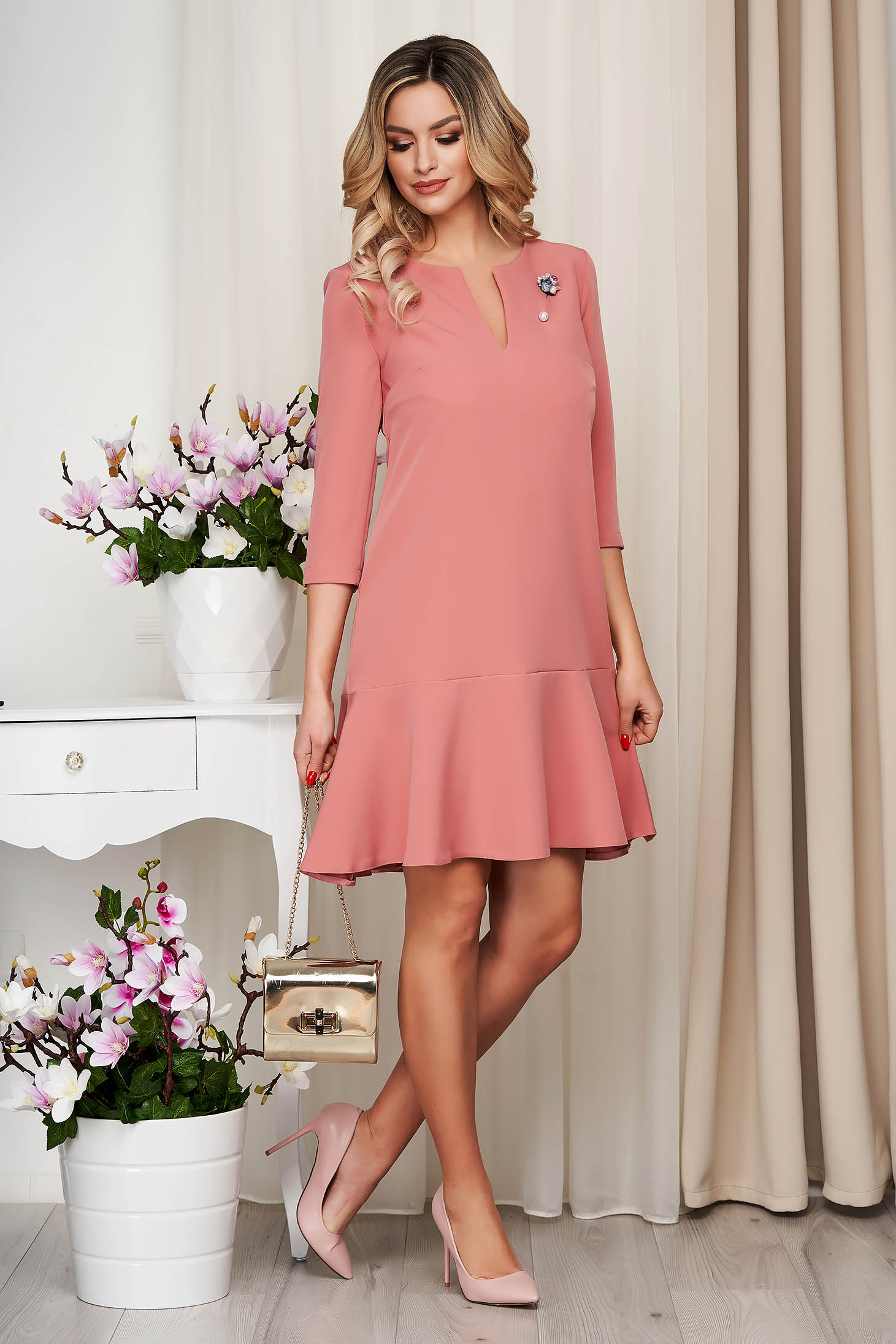 StarShinerS lightpink cloth without clothing dress with v-neckline accessorized with breastpin