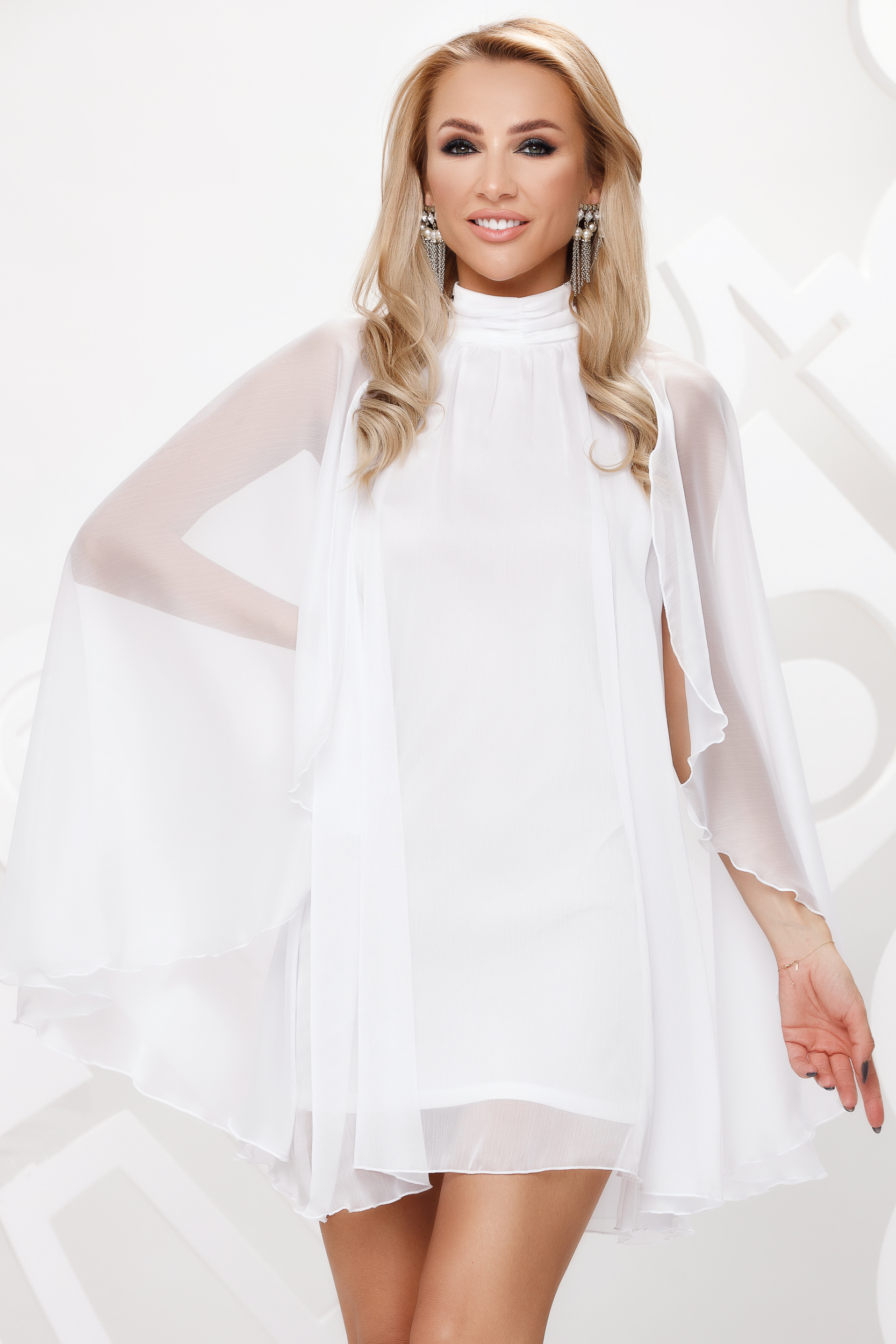 Fehér magas nyakú rövid alkalmi ruha muszlinból