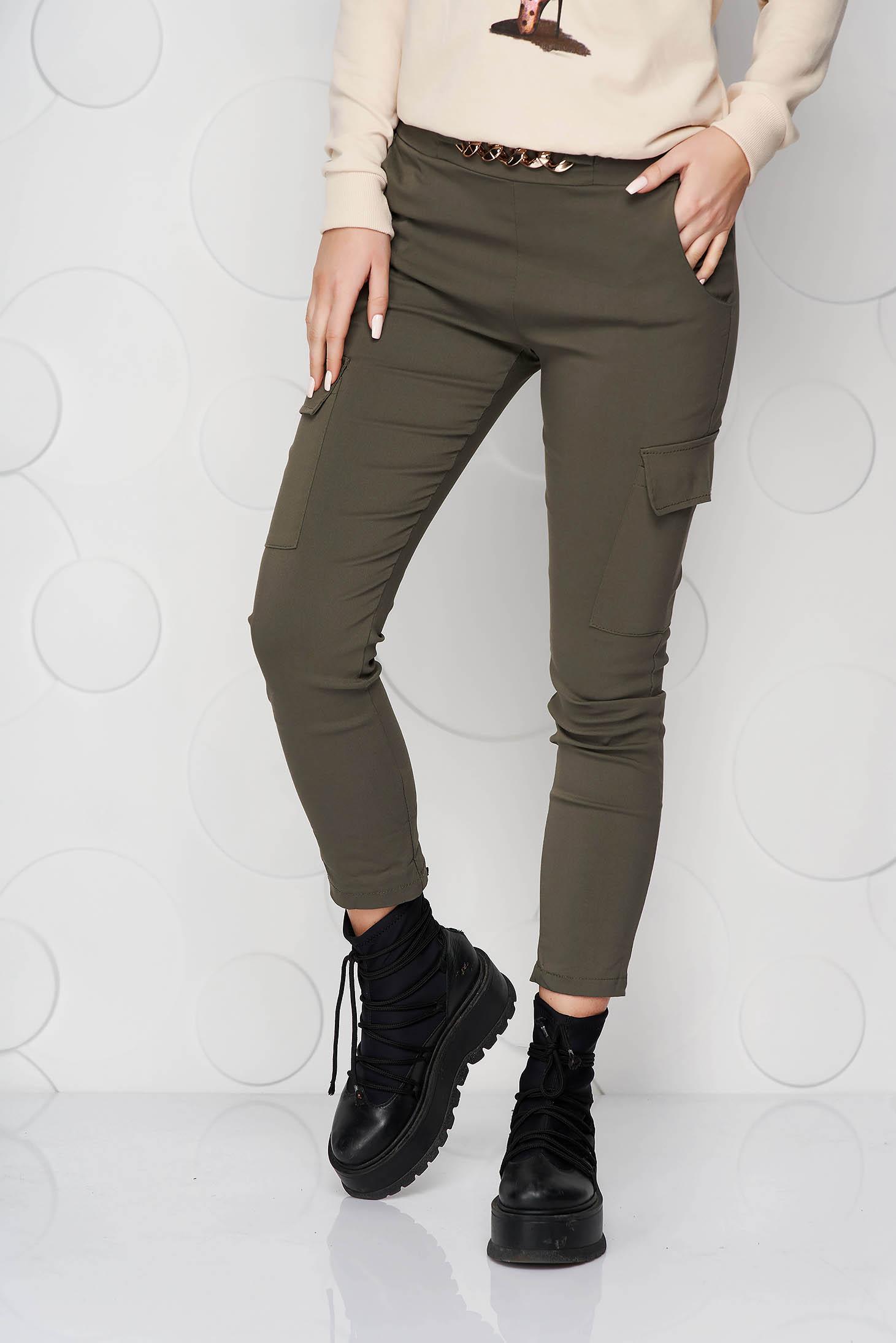 Pantaloni SunShine khaki conici cu buzunare cu elastic in talie si cu accesoriu metalic