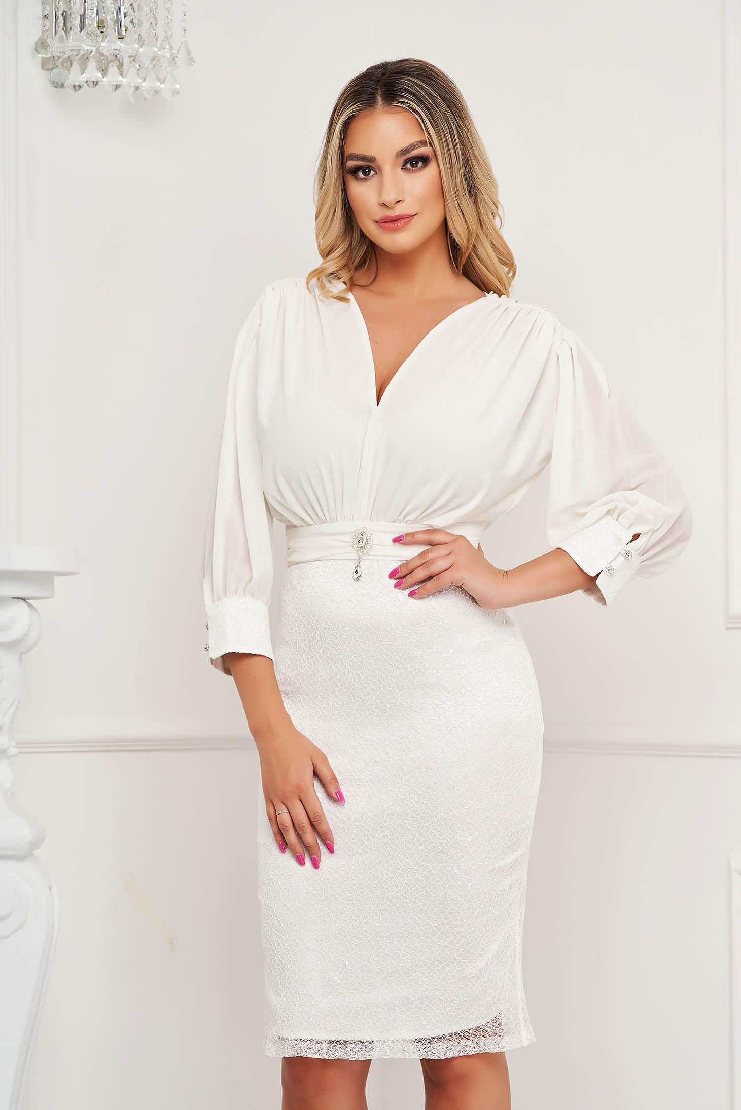 Fehér szatén ceruza ruha selyem muszlinból átfedéssel a szoknyában és bross kiegészítővel