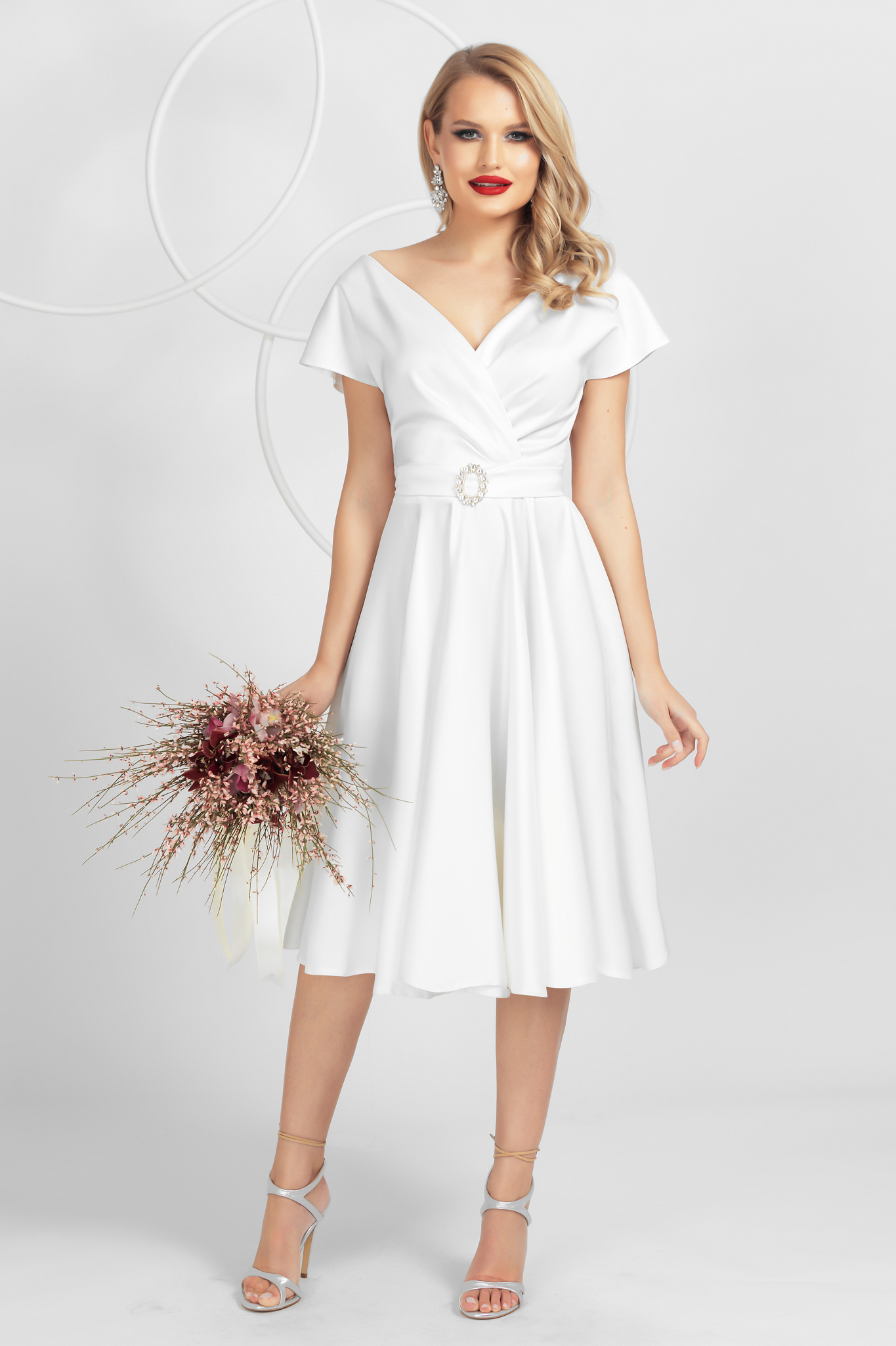 Rochie PrettyGirl alba eleganta midi in clos decolteu petrecut