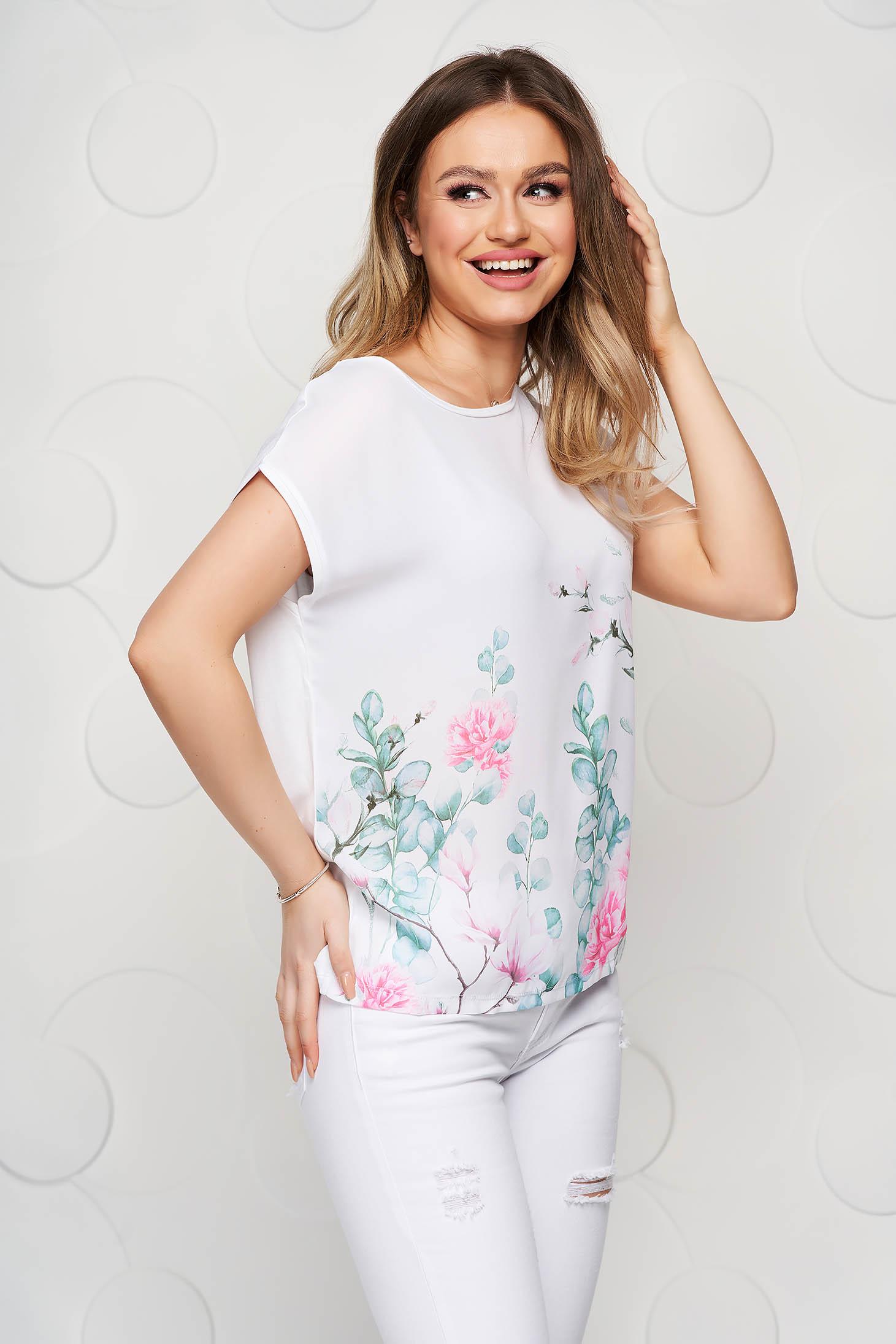 Fehér bő szabású virágmintás póló rugalmas anyagból