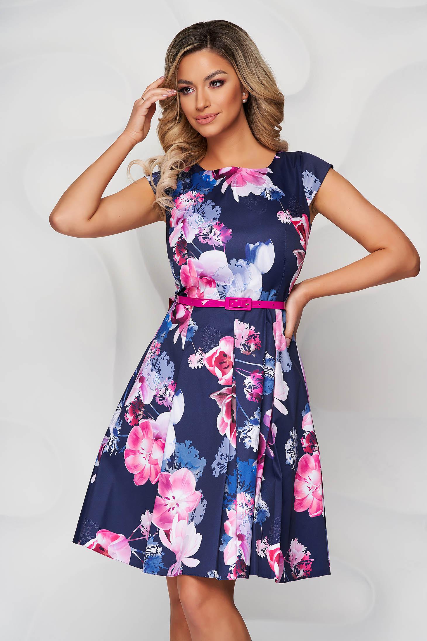 Rochie albastru-inchis cu imprimeu floral din material usor elastic in clos cu accesoriu tip curea