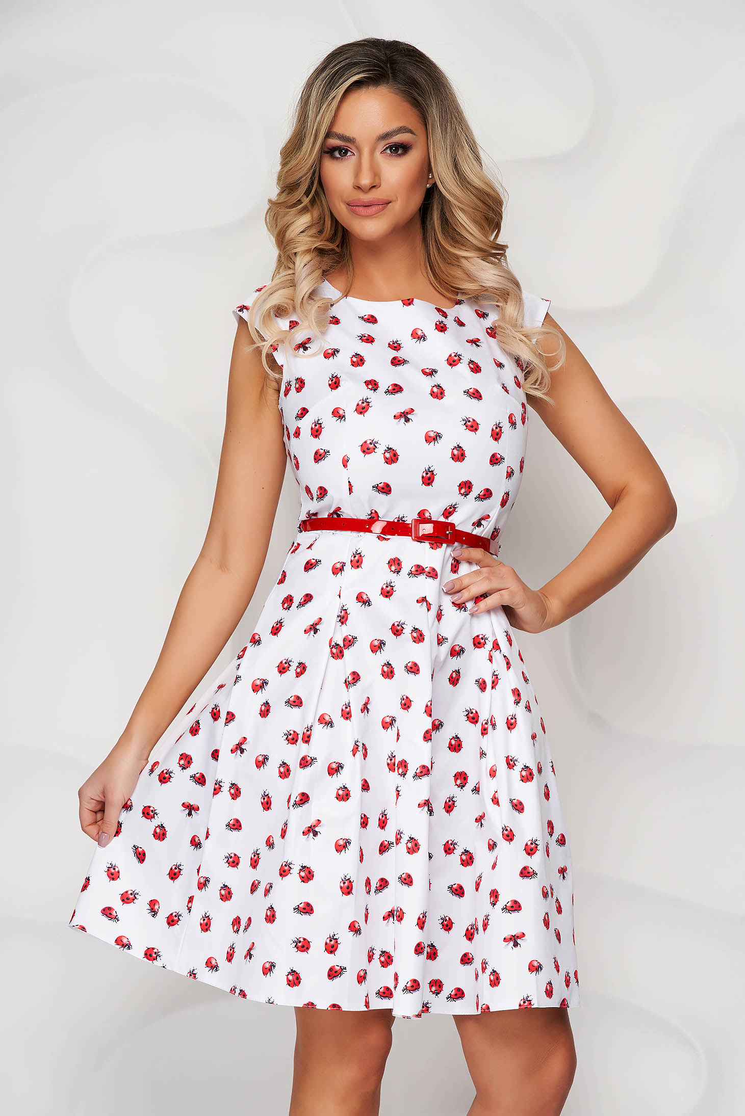 White dress with graphic details cloche accessorized with belt slightly elastic fabric