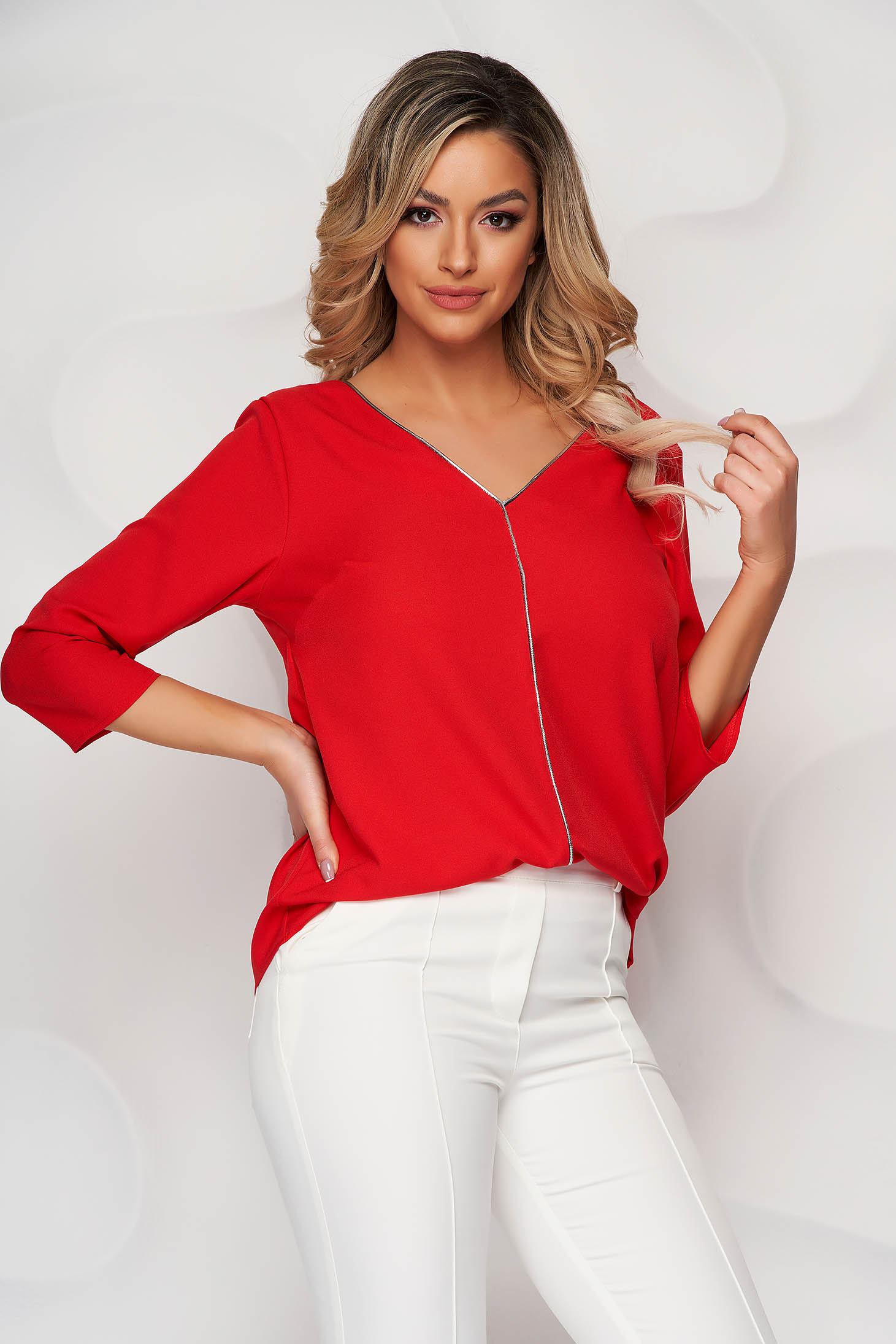 Piros bő szabású női blúz csillogó díszítésekkel