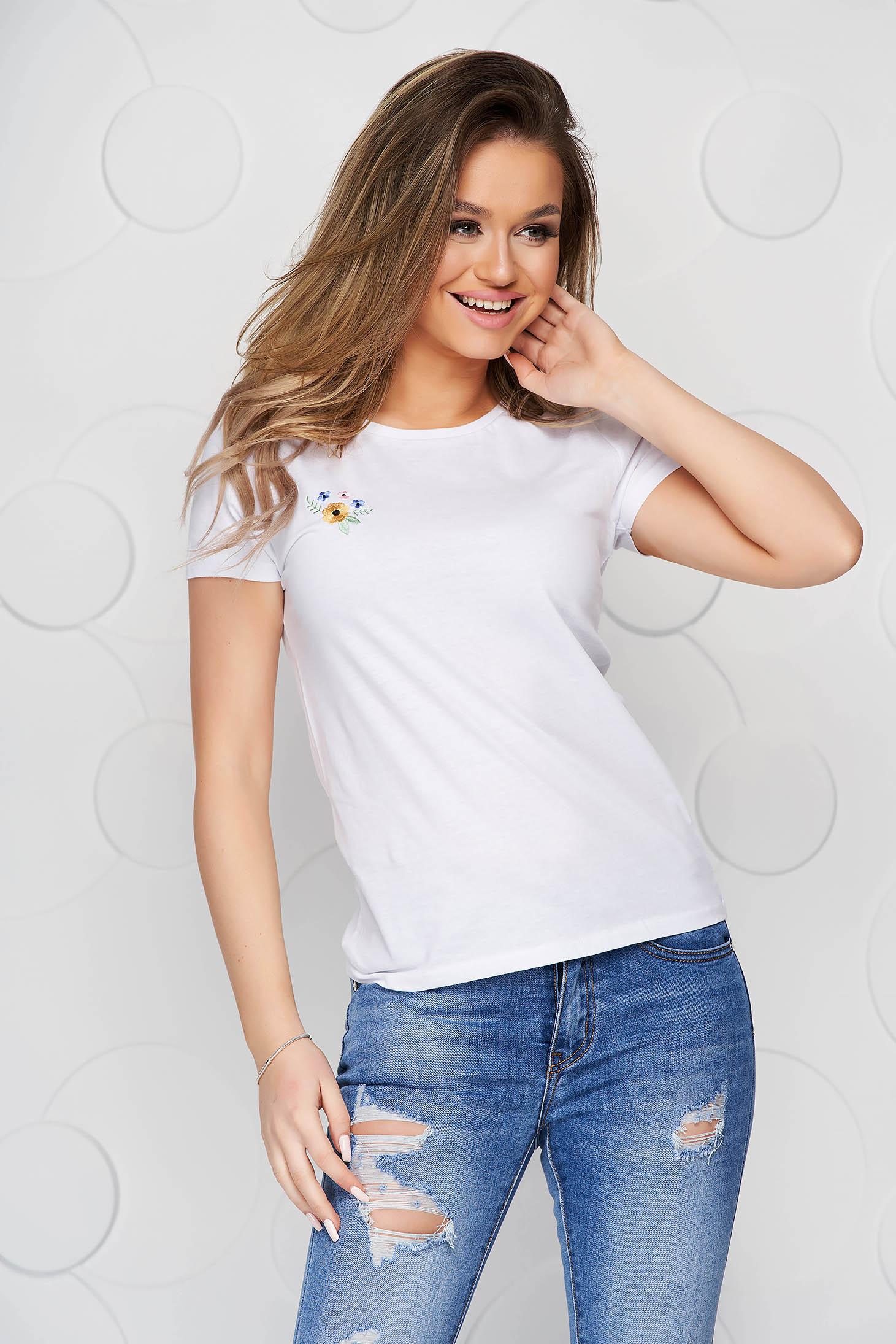 Fehér StarShinerS pamutból készült bő szabású póló virágos hímzéssel