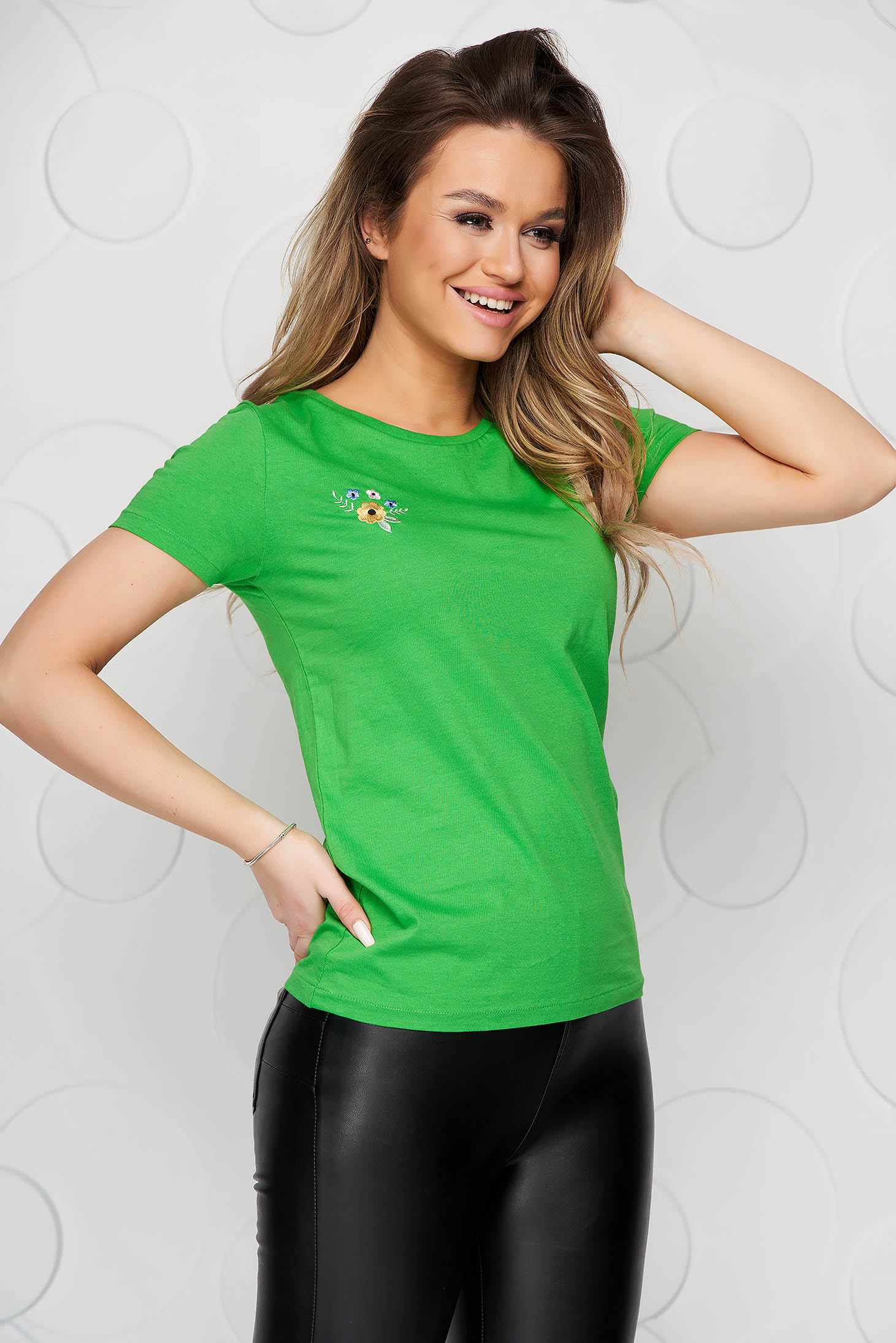 Zöld StarShinerS pamutból készült bő szabású póló virágos hímzéssel