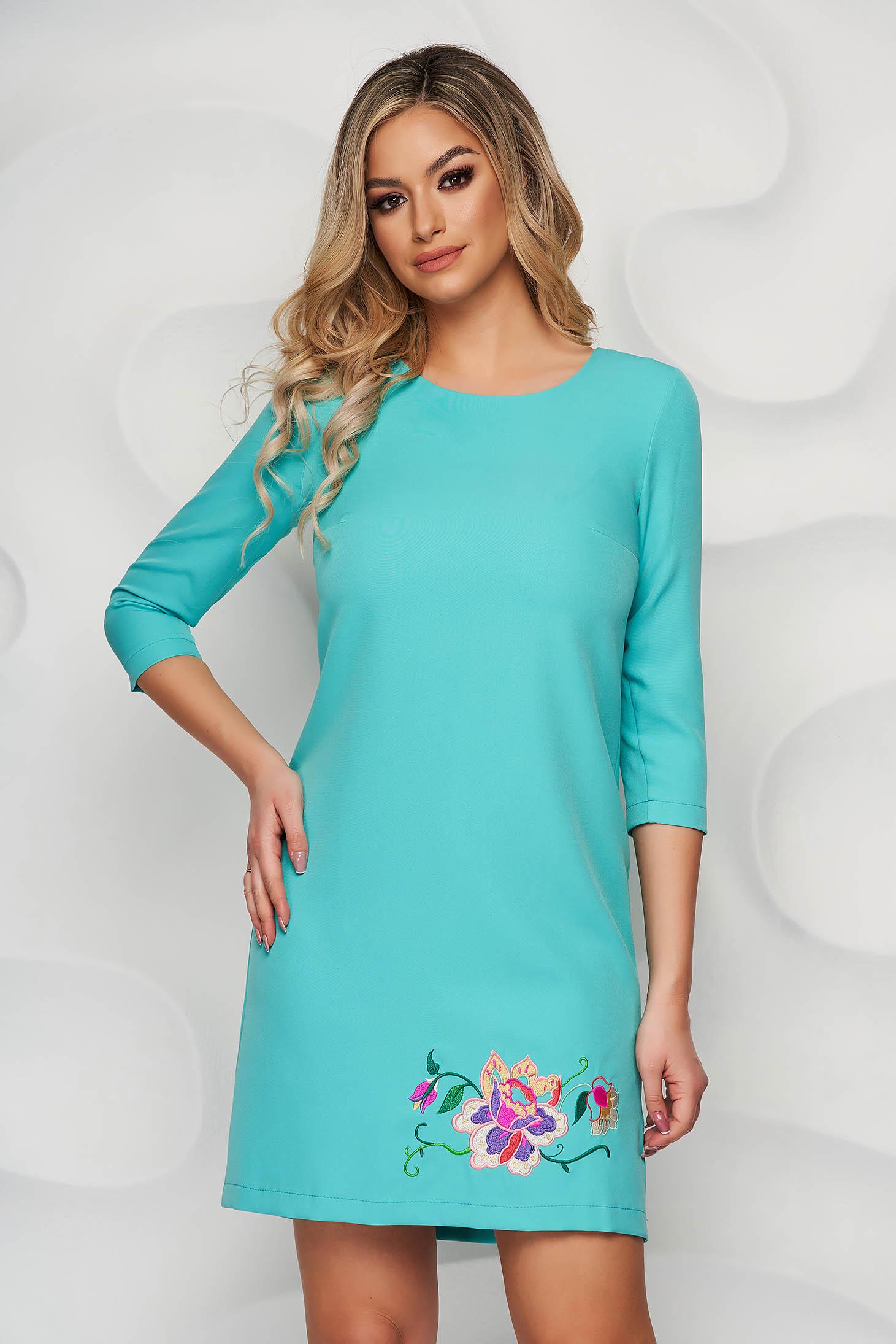 Türkizzöld StarShinerS elegáns egyenes rövid ruha hímzett betétekkel