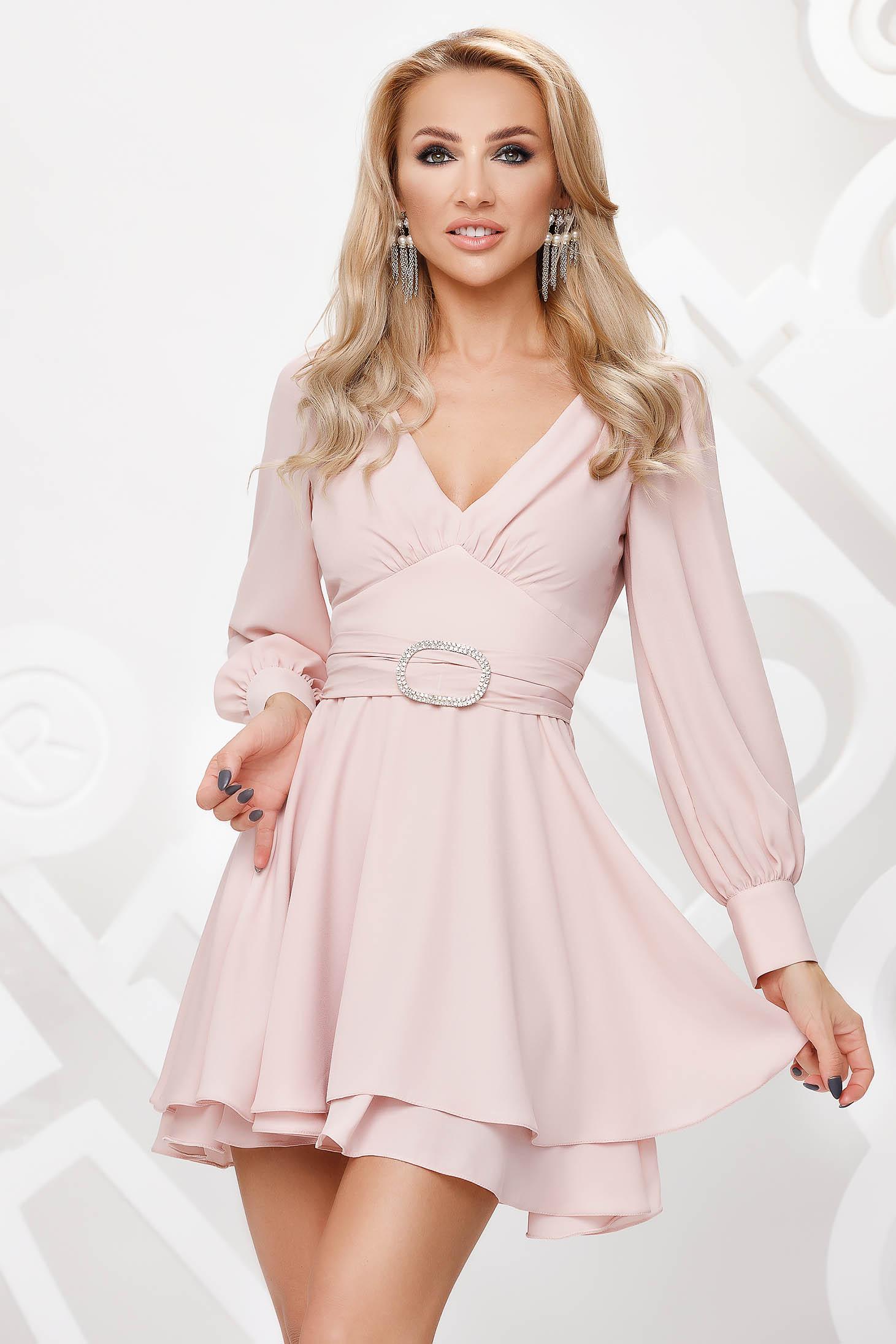 Világos rózsaszínű elegáns muszlin harang ruha strasszos kiegészítővel ellátva