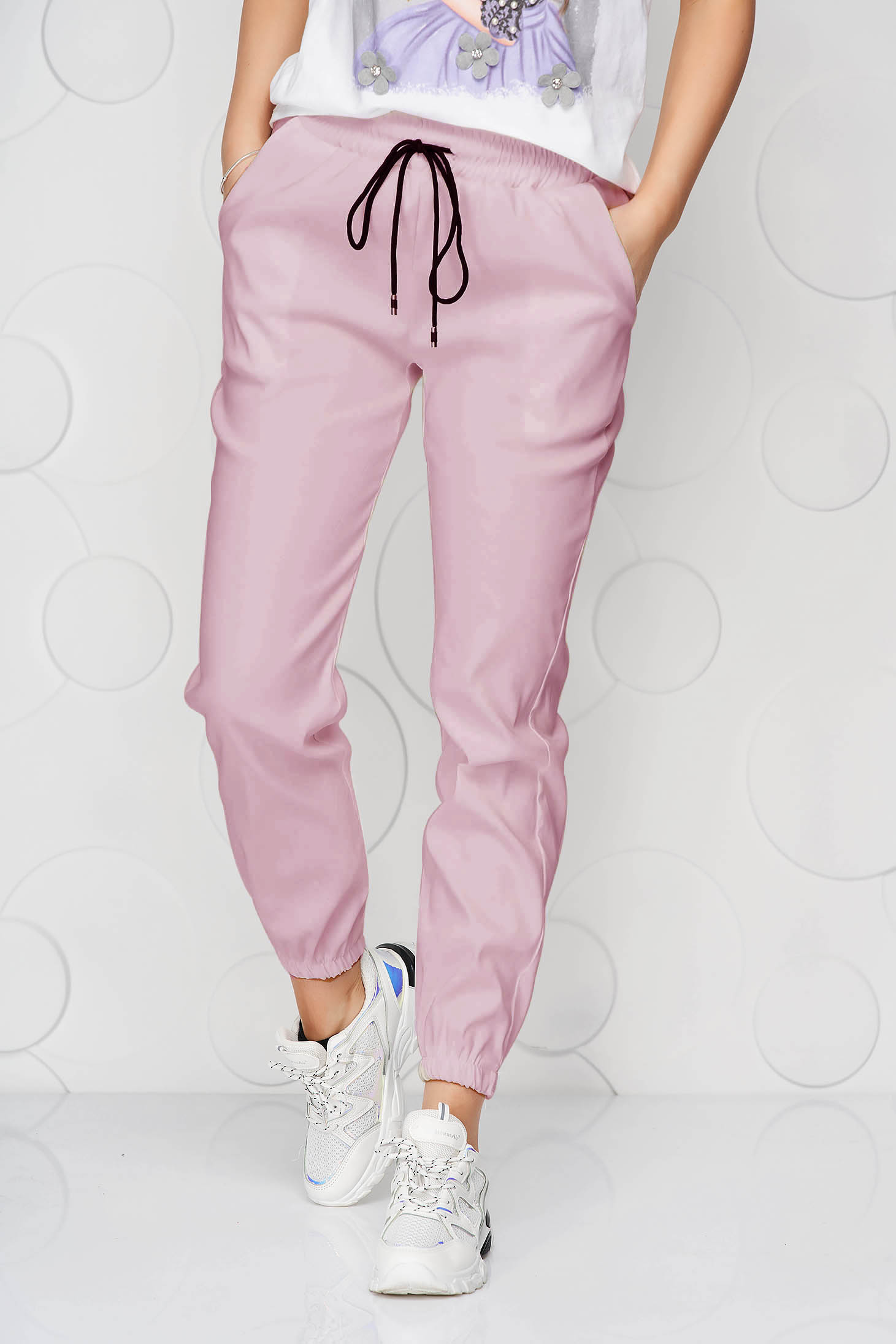 Pantaloni SunShine roz deschis din material subtire cu buzunare si talie medie