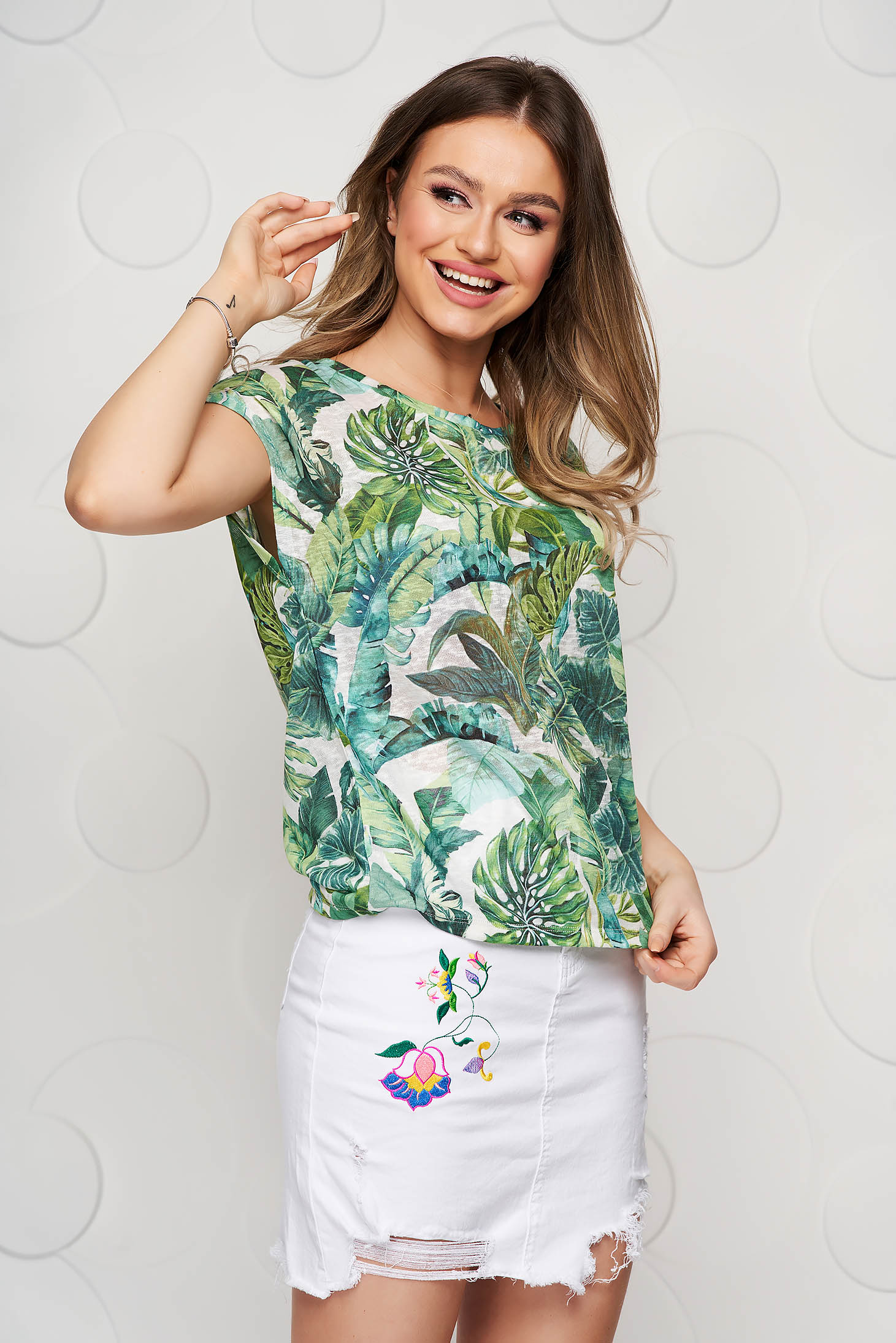 Green t-shirt with floral print casual with rounded cleavage