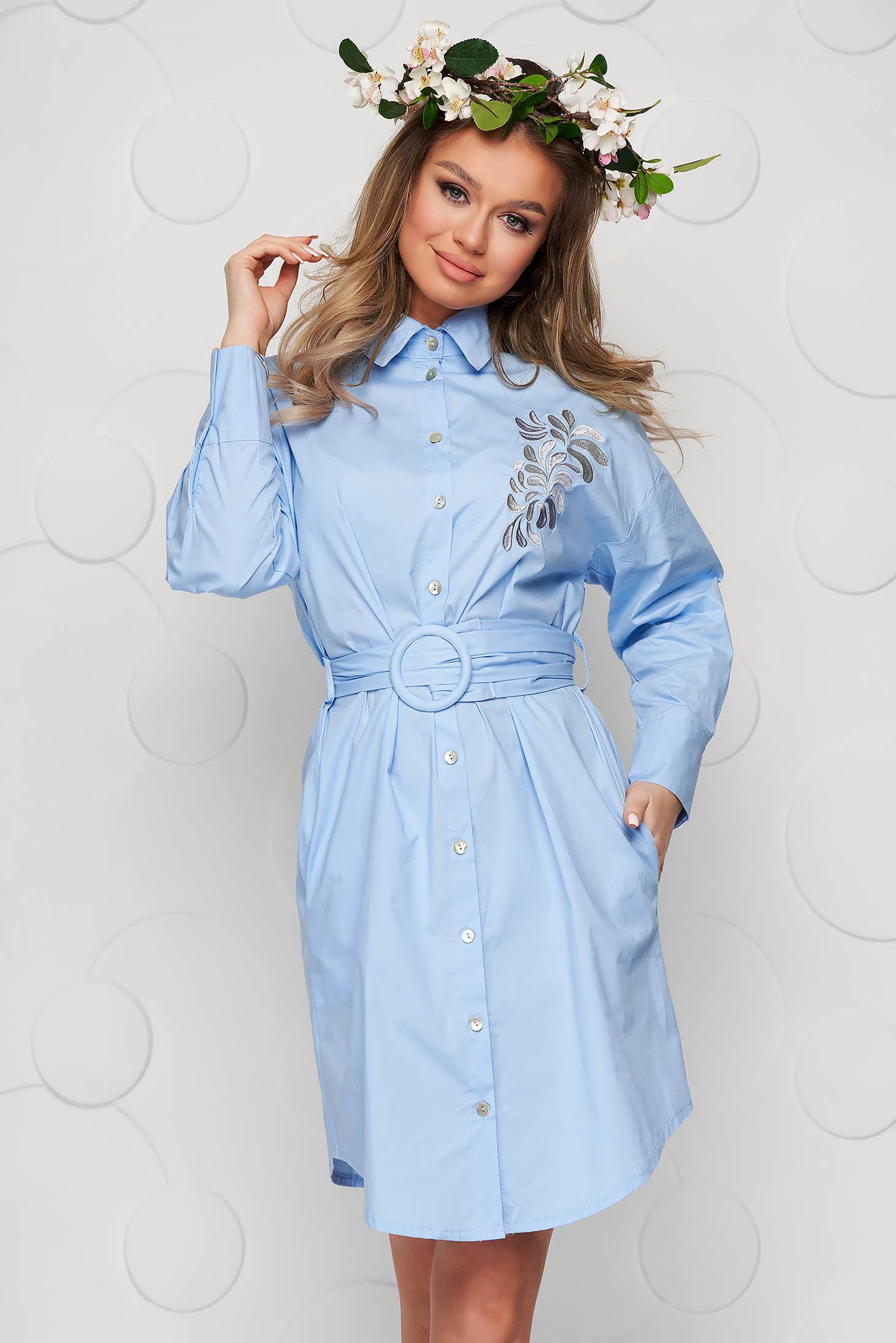 Rochie SunShine albastru-deschis brodata din bumbac subtire cu accesoriu tip curea