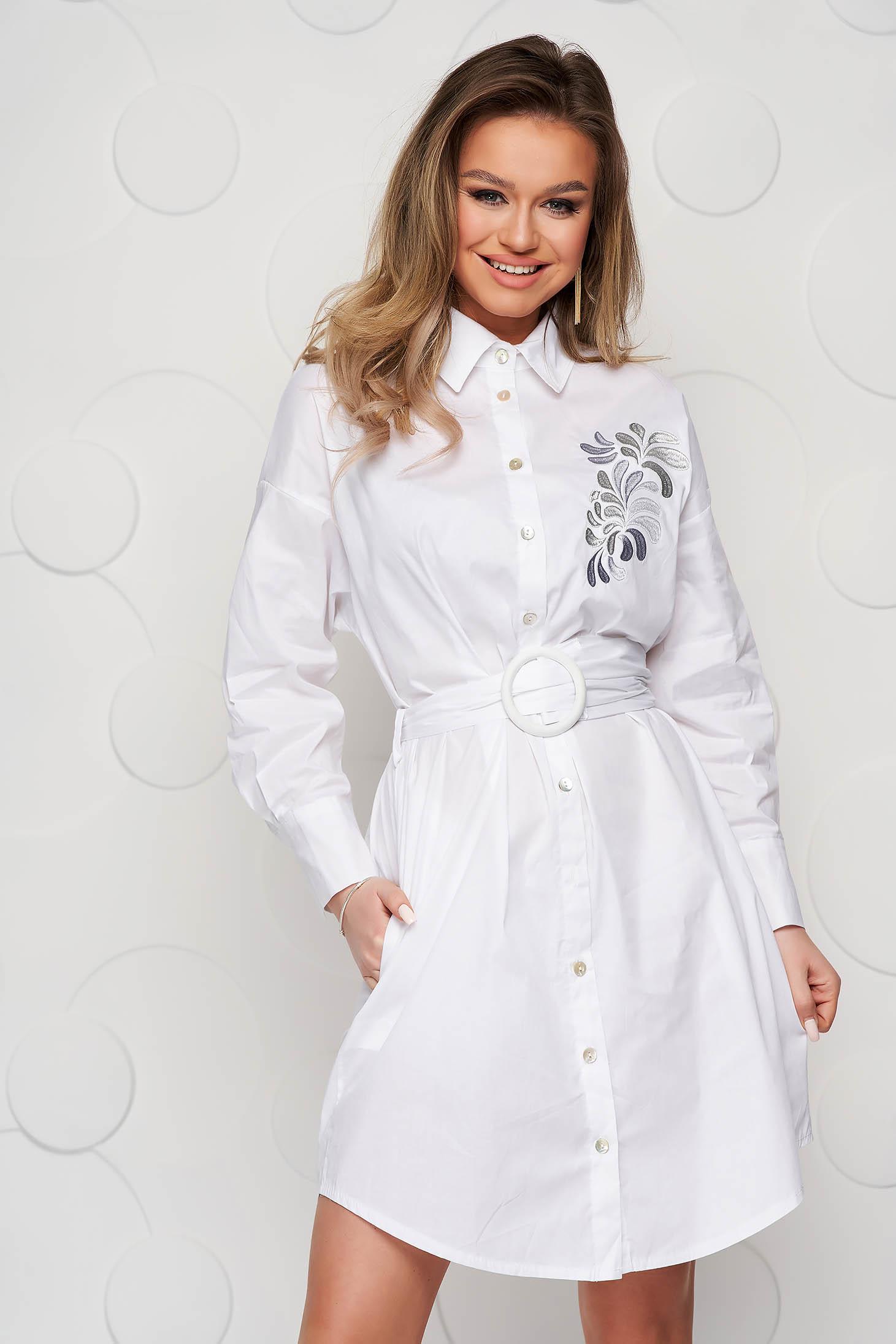 Fehér ruha vékony szövetből öv típusú kiegészítővel hímzett