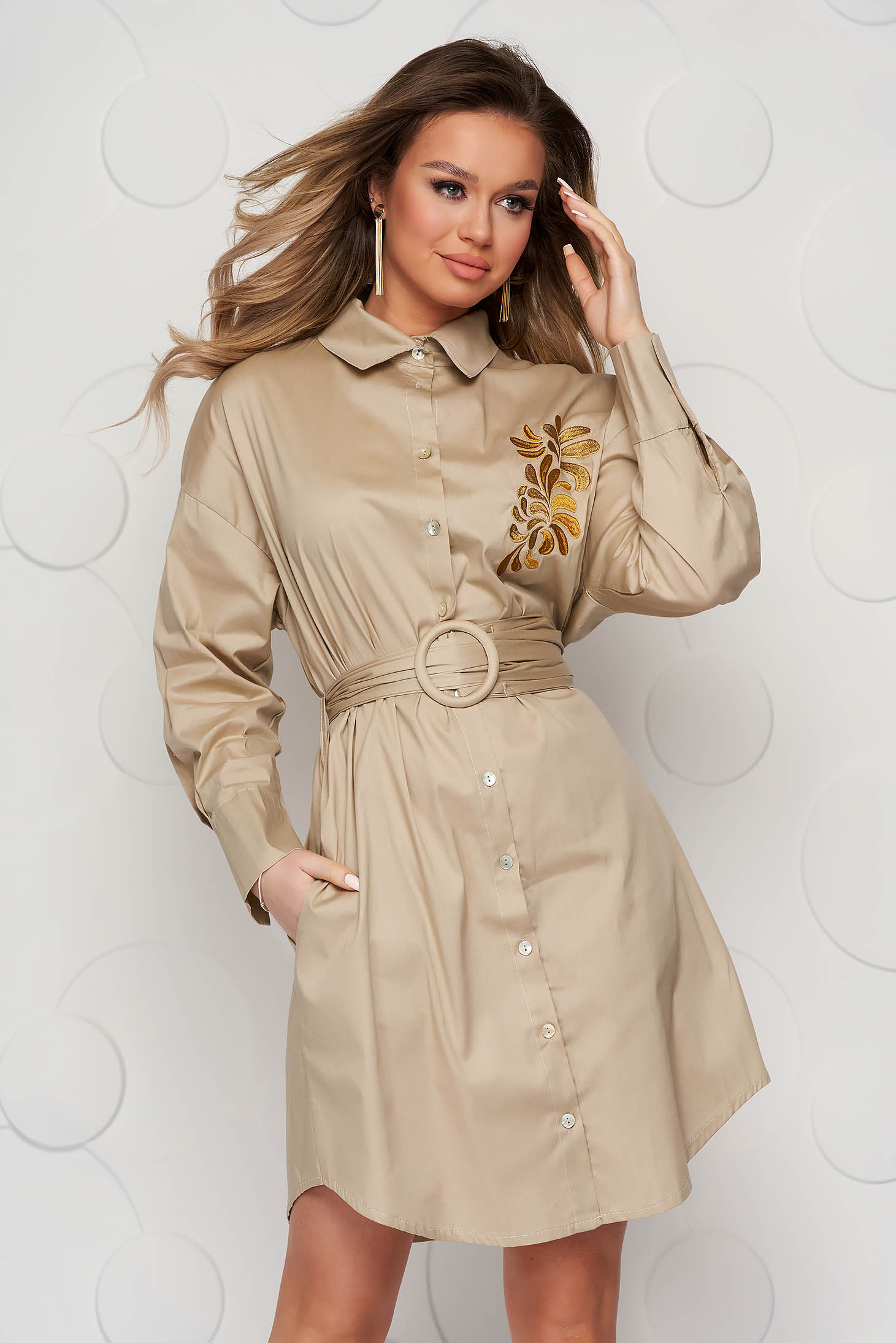 Krémszínű hímzett ruha vékony szövetből és öv típusú kiegészítővel