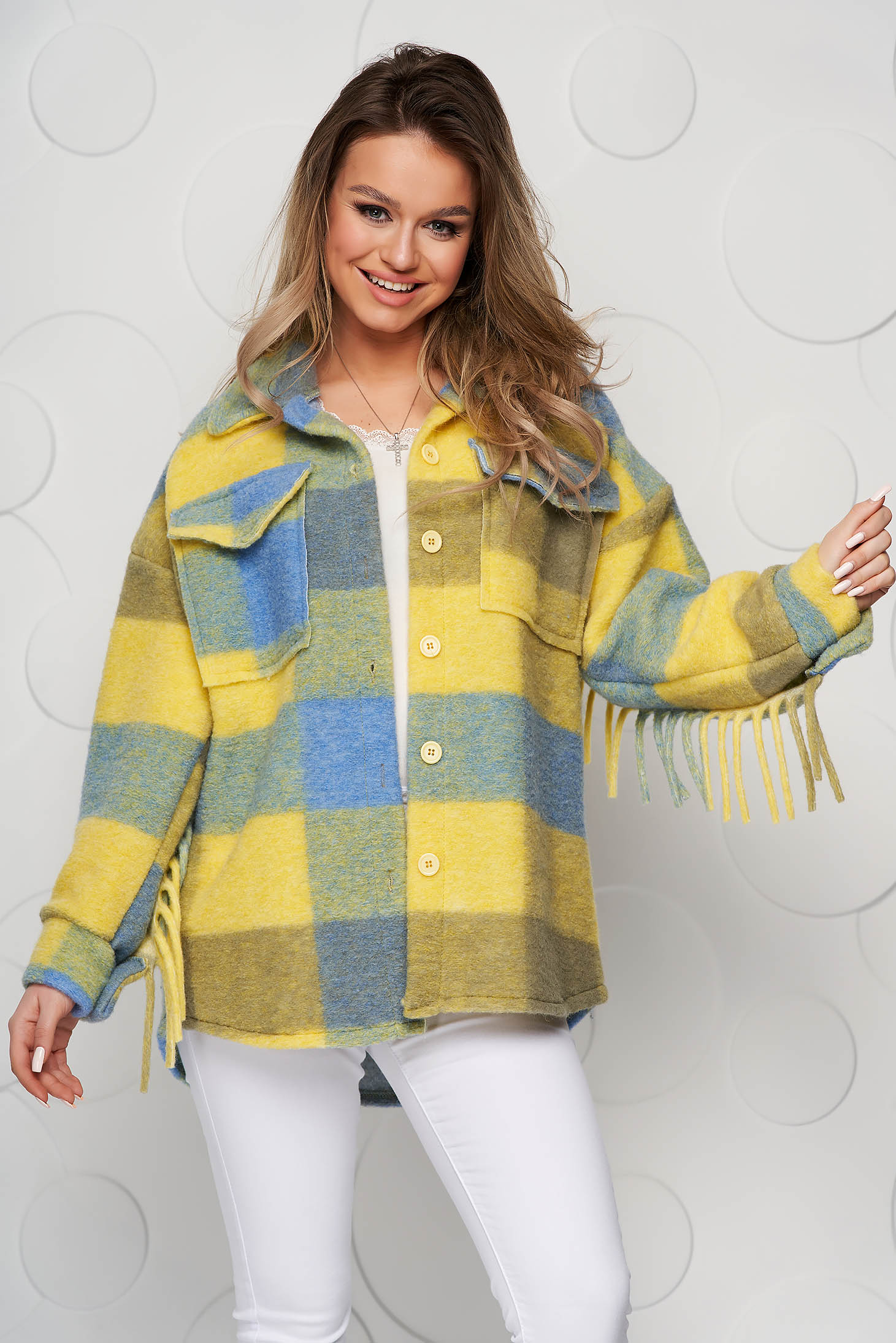 Jacheta tip camasa dama albastra in carouri din material pufos cu croi larg cu franjuri