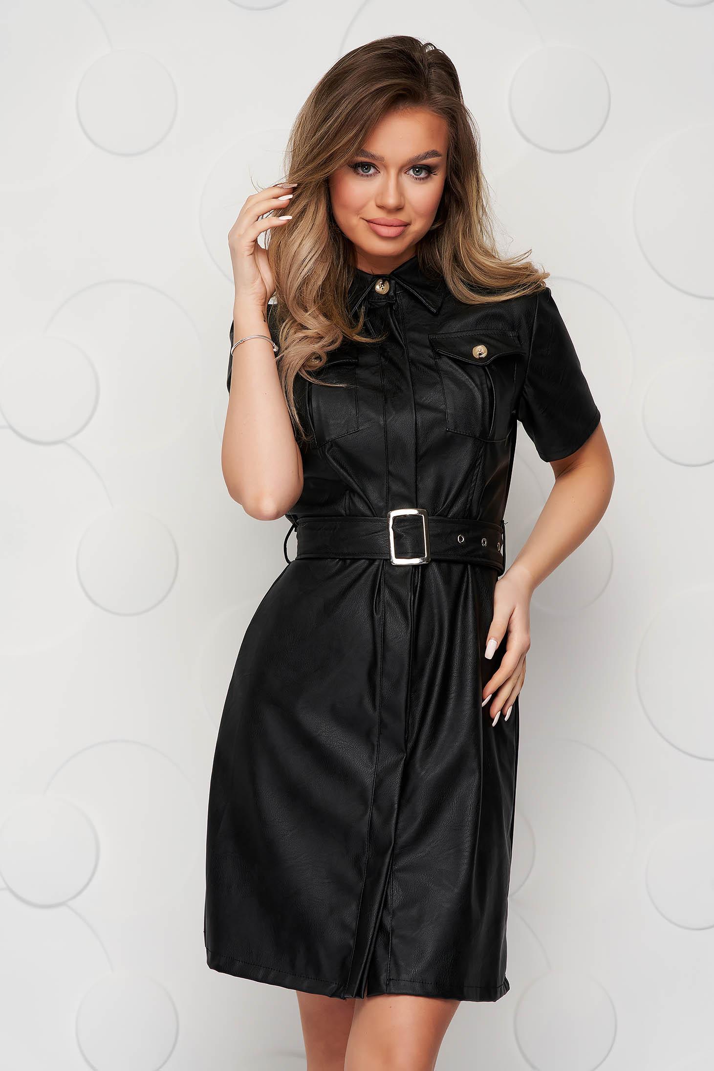 Fekete a-vonalú ruha műbőrből és öv típusú kiegészítővel