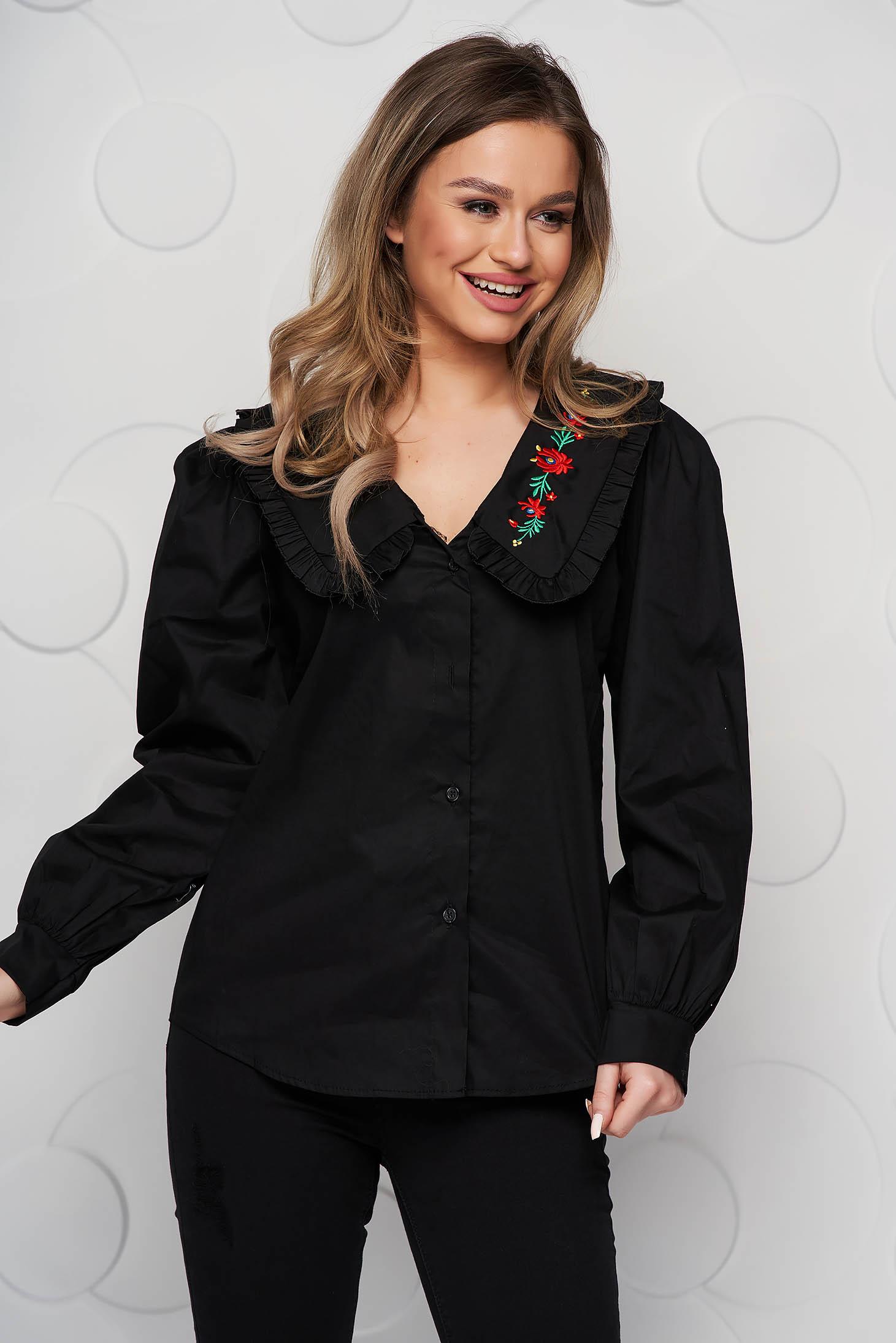 Bő szabású pamutból készült fekete hímzett női ing fodros gallérral