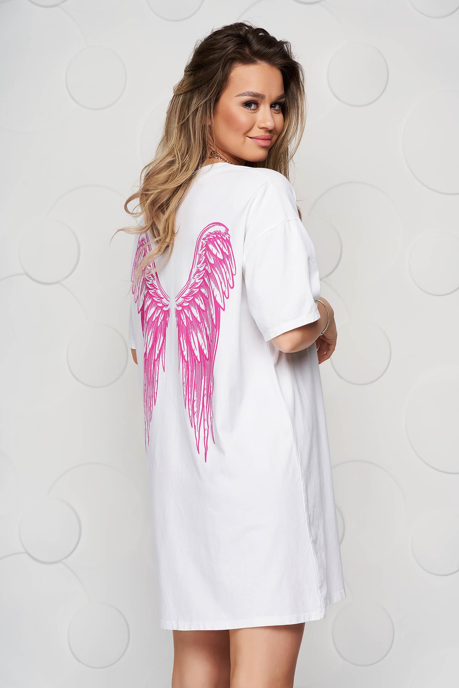 Fehér pamutból készült bő szabású póló grafikai díszítéssel