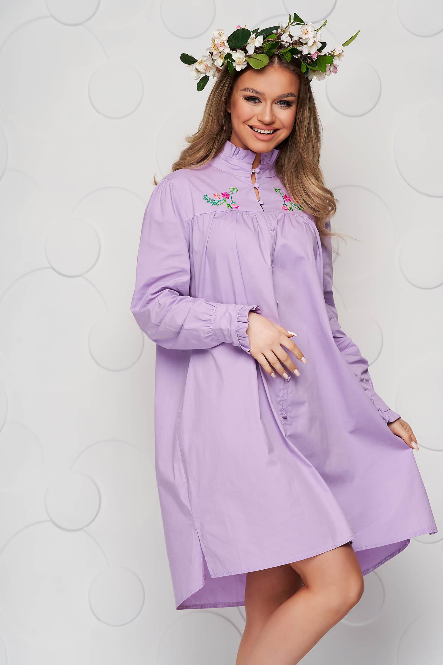 Hímzett bő szabású lila női ing vékony szövetből fodros gallérral