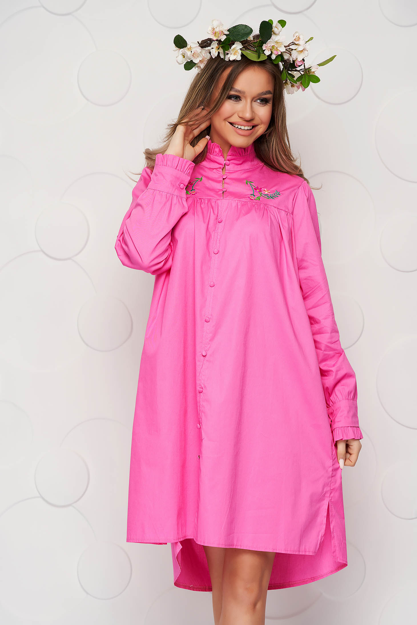 Rochie SunShine roz din bumbac subtire brodata cu croi larg si guler cu volanase