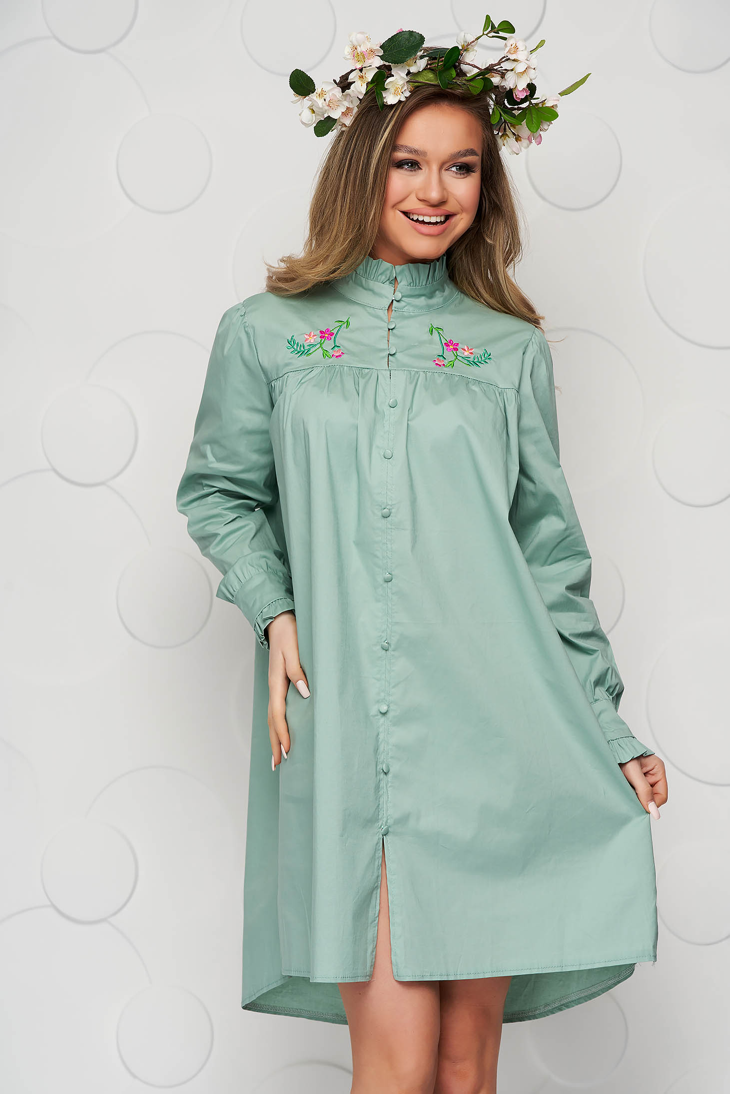 Hímzett bő szabású mentazöld női ing vékony szövetből fodros gallérral