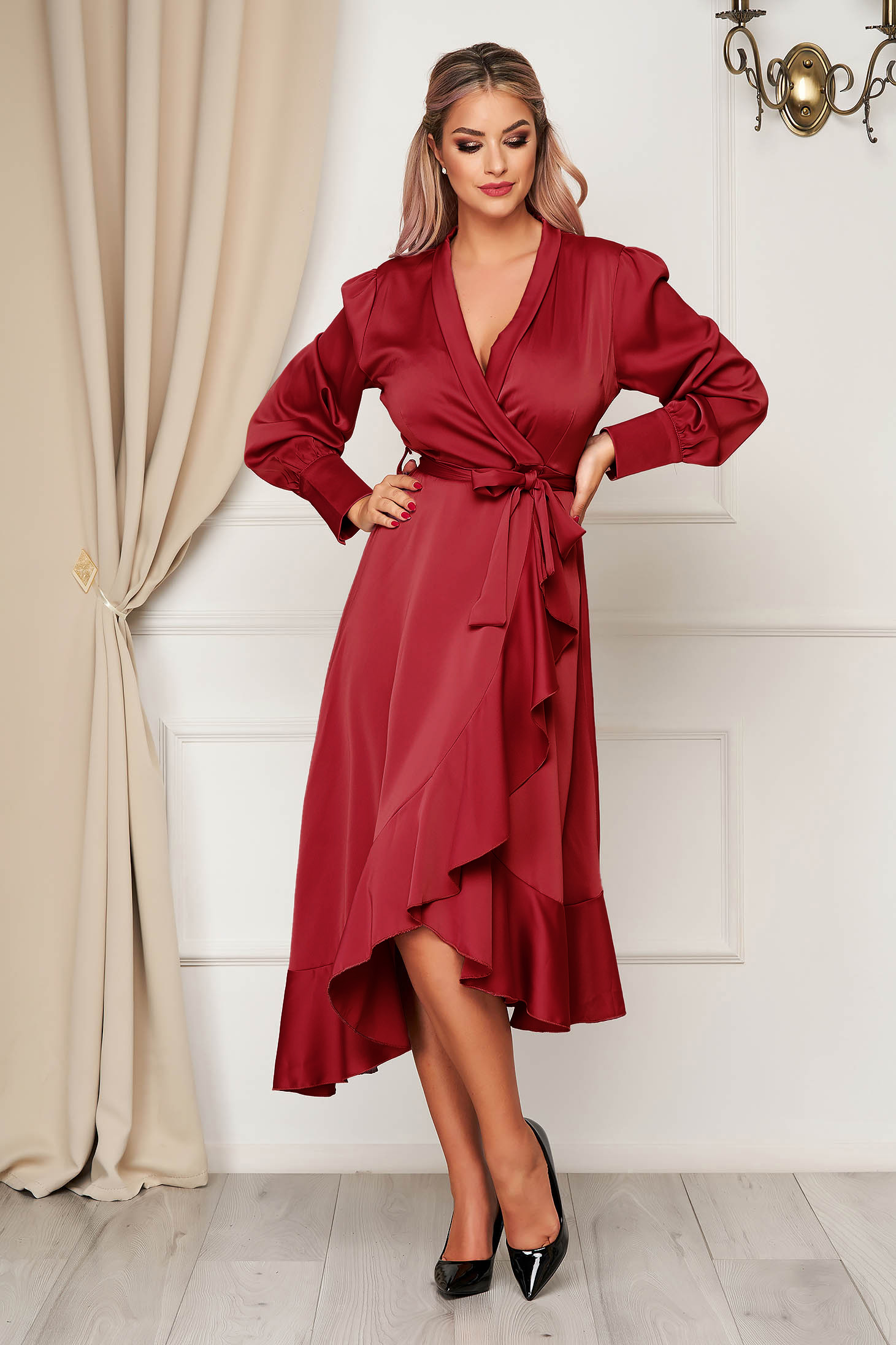 Rochie SunShine visinie eleganta in clos decolteu petrecut din material satinat cu volanase la baza rochiei accesorizata cu cordon