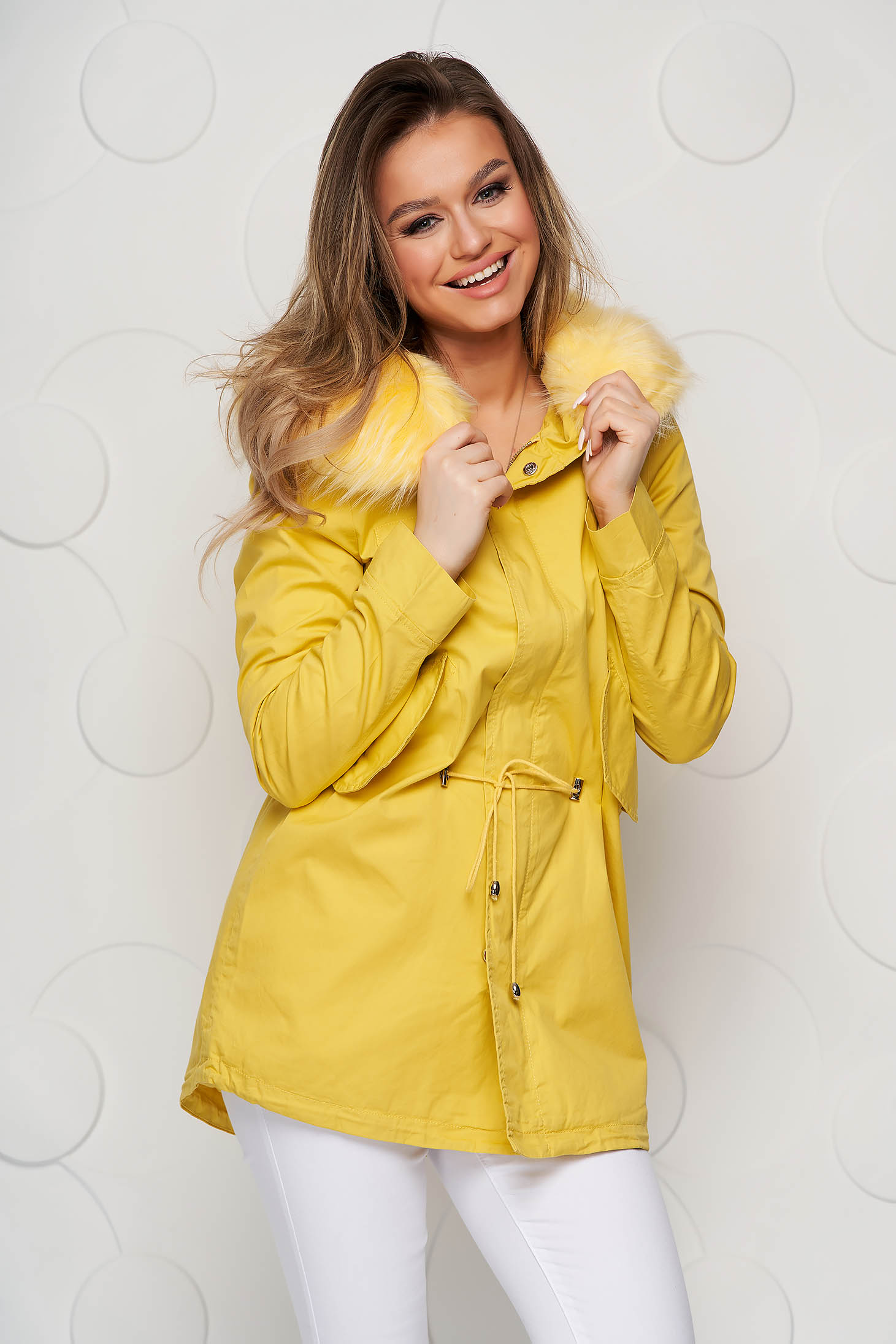 Sárga pamutból készült derékben zsinóros dzseki műszőrmével ellátva