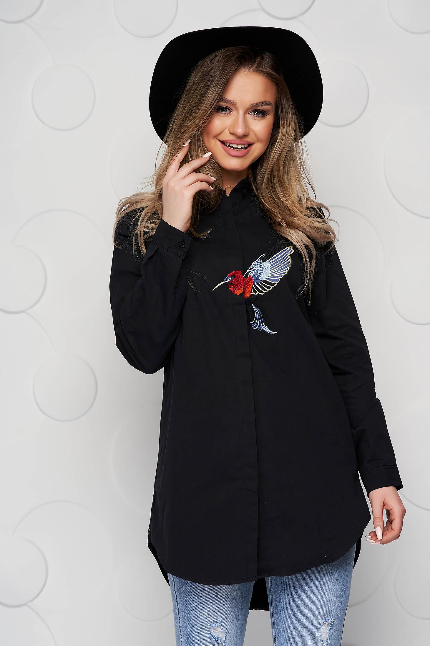 Bő szabású fekete női ing hímzett betétekkel vékony szövetből