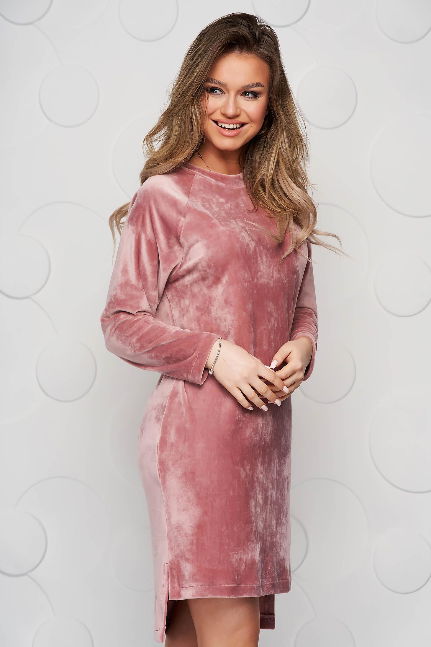 Rochie StarShinerS roz prafuit din material plusat cu un croi drept si slituri laterale