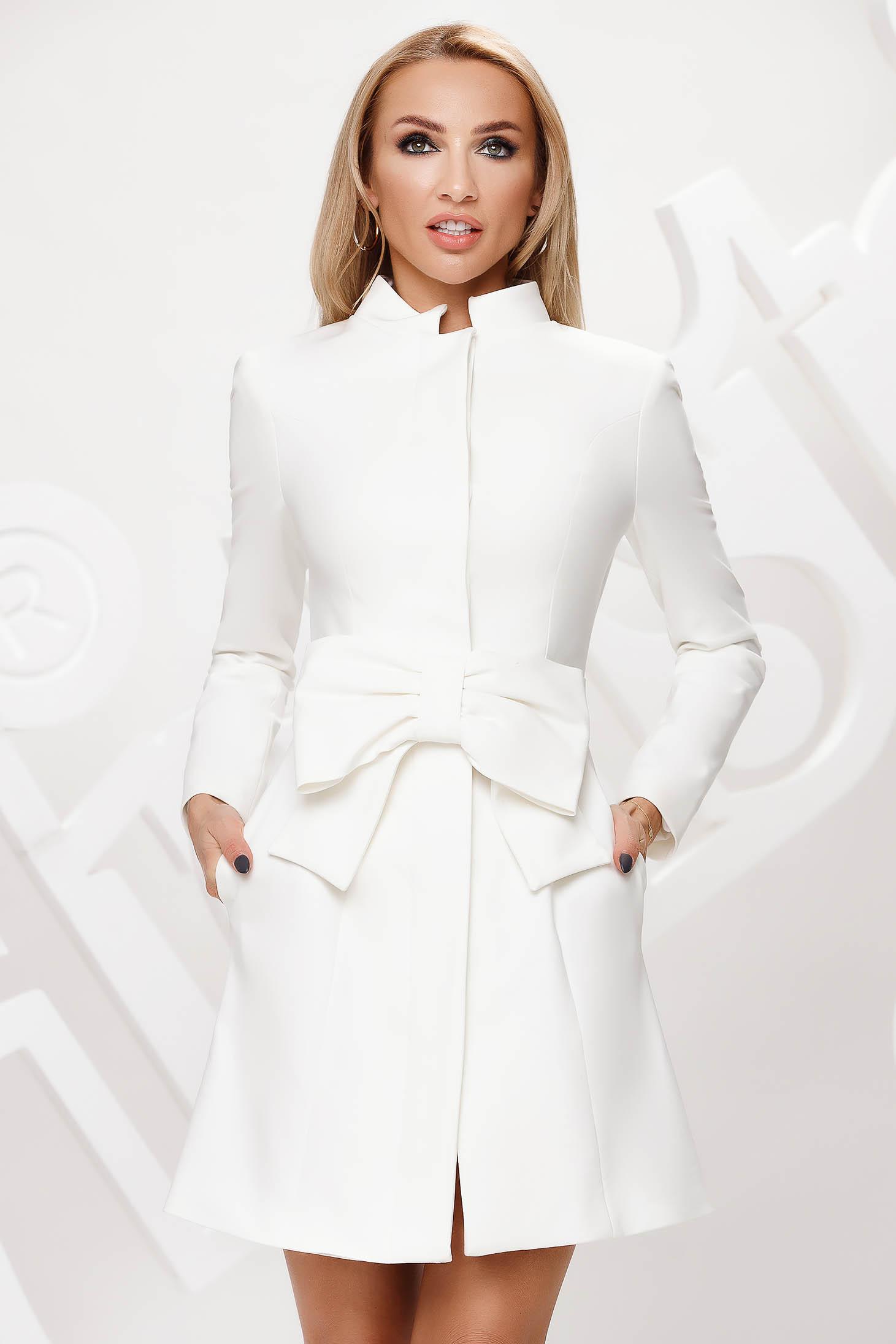 Galléros fehér kabát masnikkal van ellátva