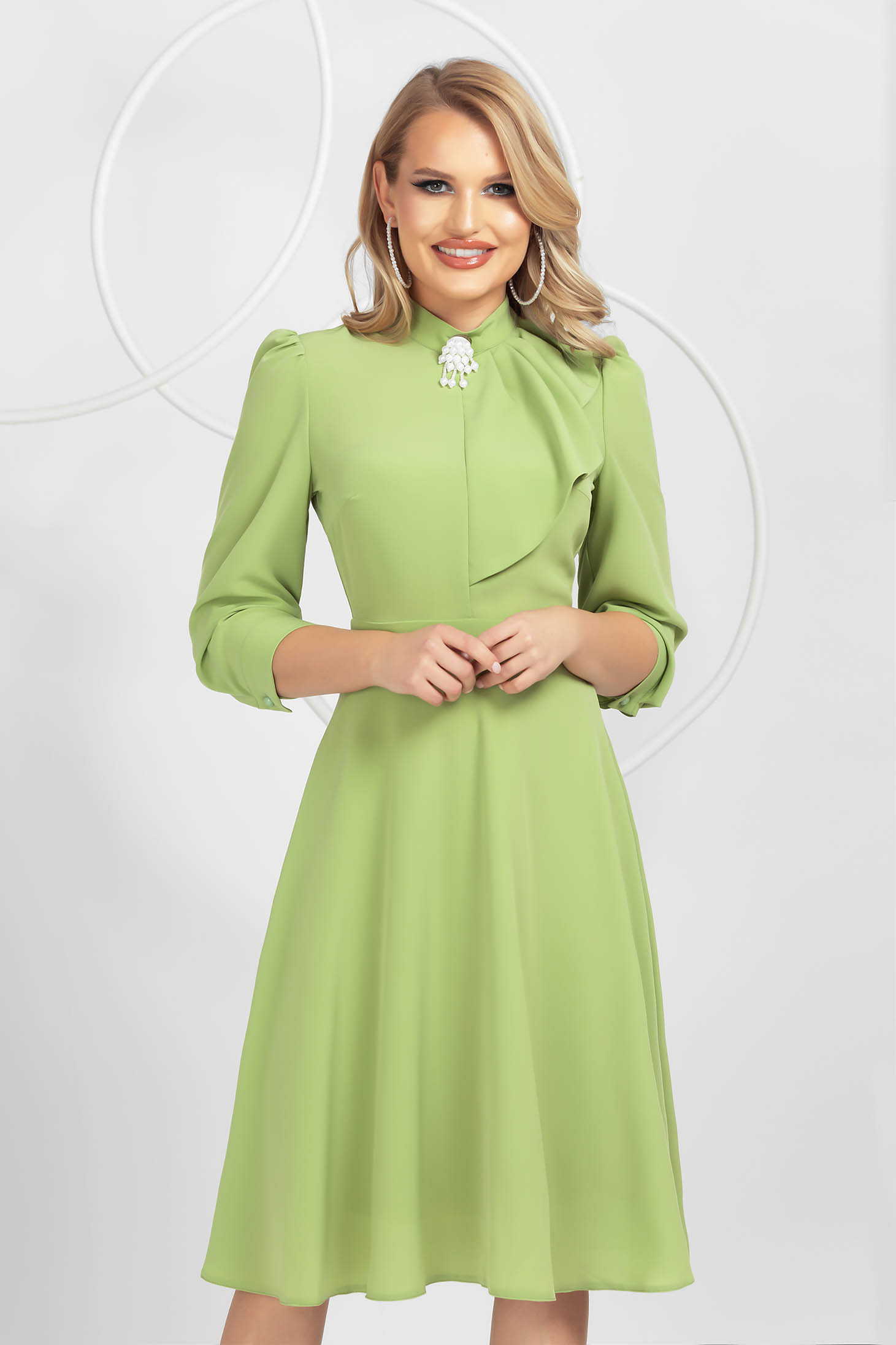 Lightgreen dress from veil fabric cloche accessorized with breastpin