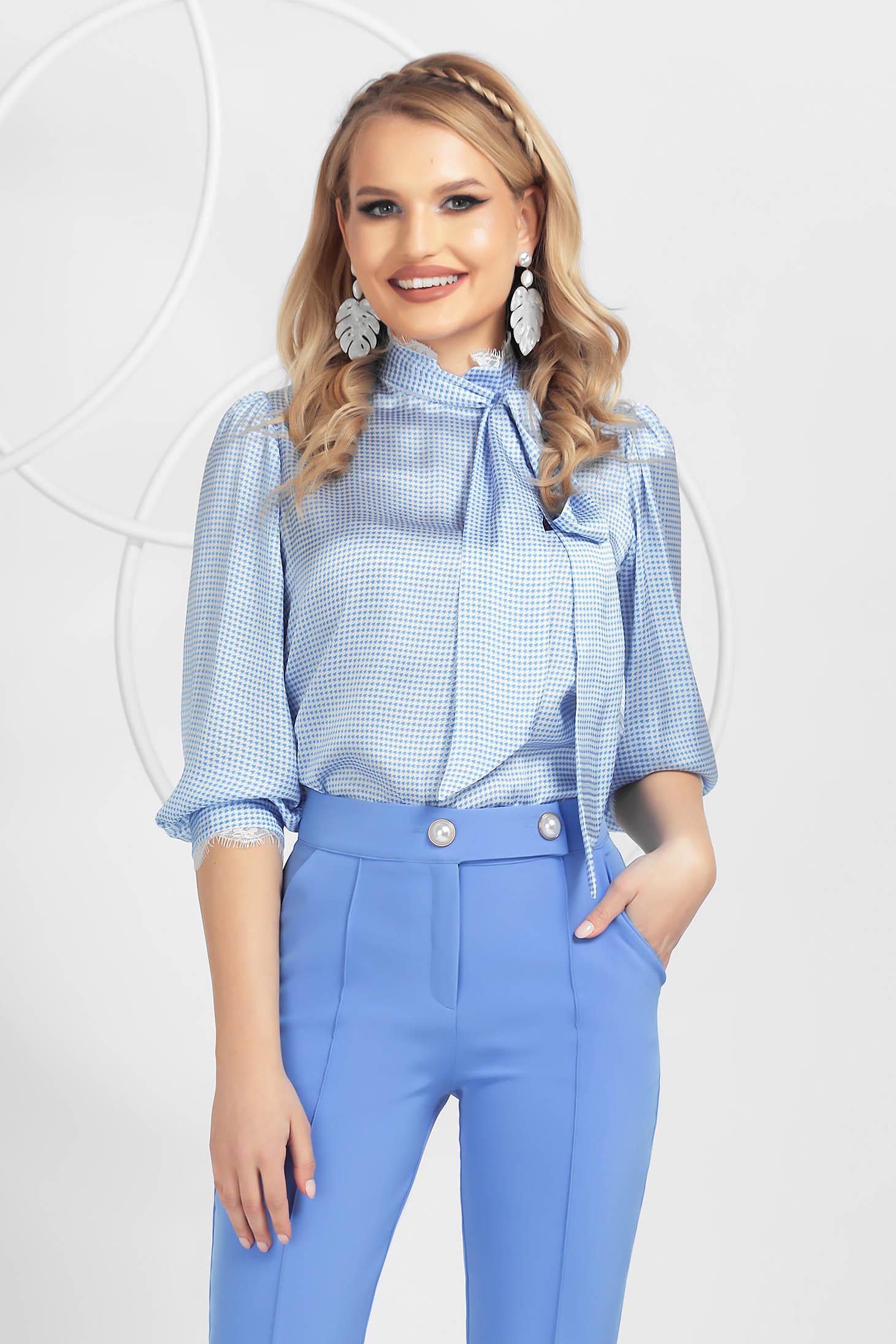 Bluza dama PrettyGirl albastru-deschis din material satinat cu aplicatii de dantela cu guler inalt tip esarfa