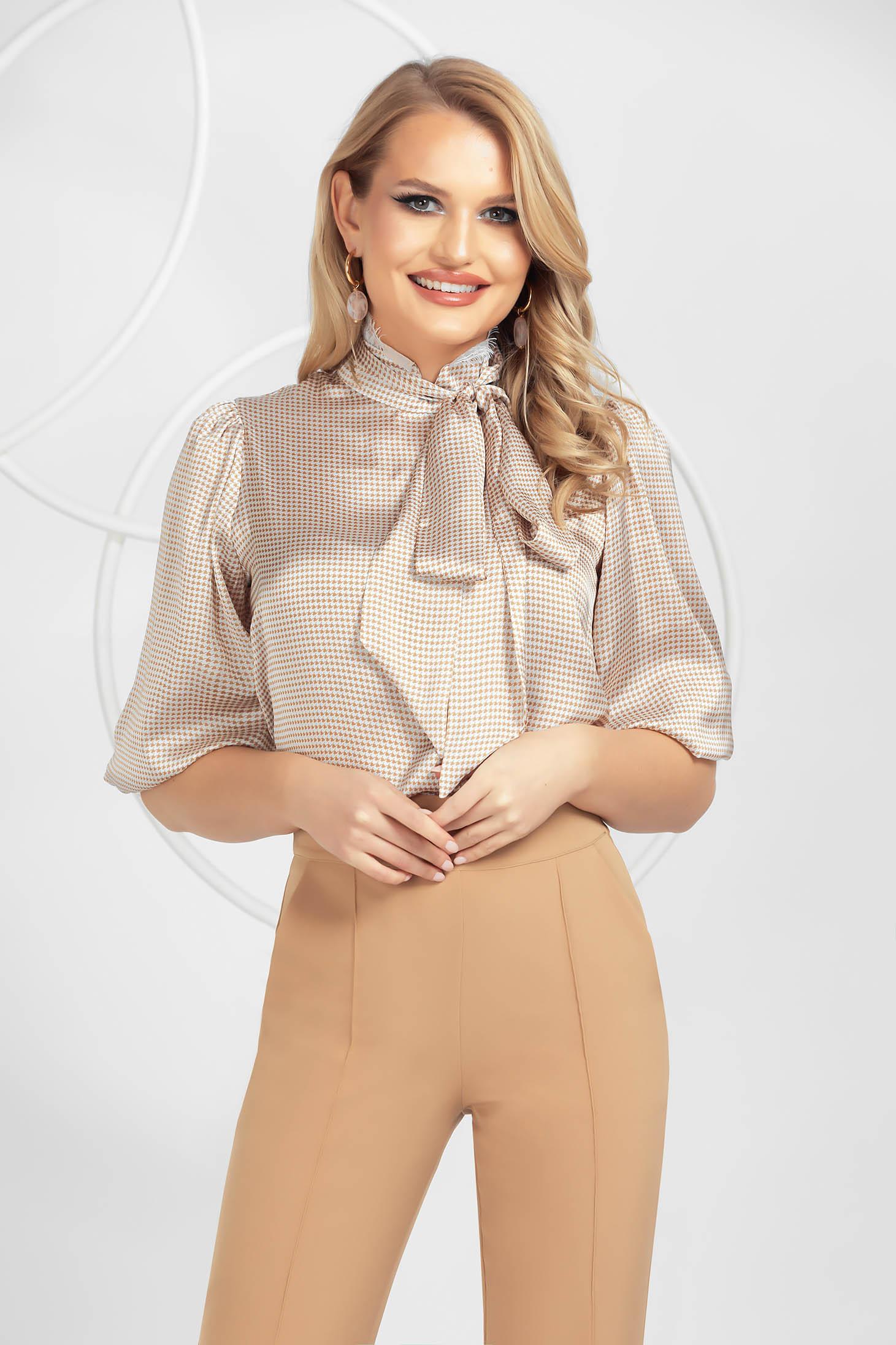 Bluza dama PrettyGirl crem din material satinat cu aplicatii de dantela cu guler inalt tip esarfa