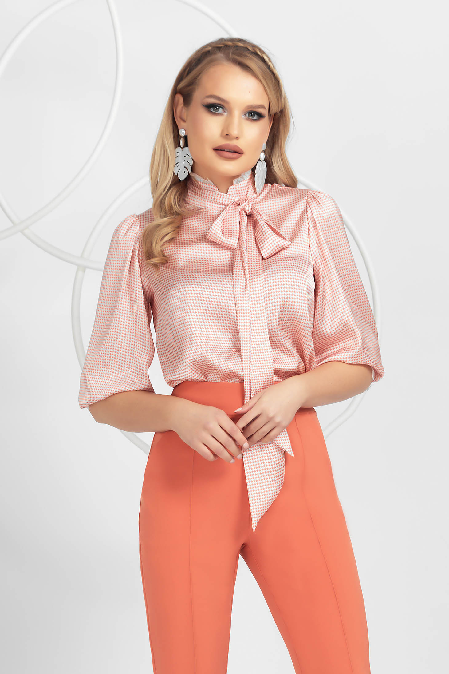 Bluza dama PrettyGirl corai din material satinat cu aplicatii de dantela cu guler inalt tip esarfa