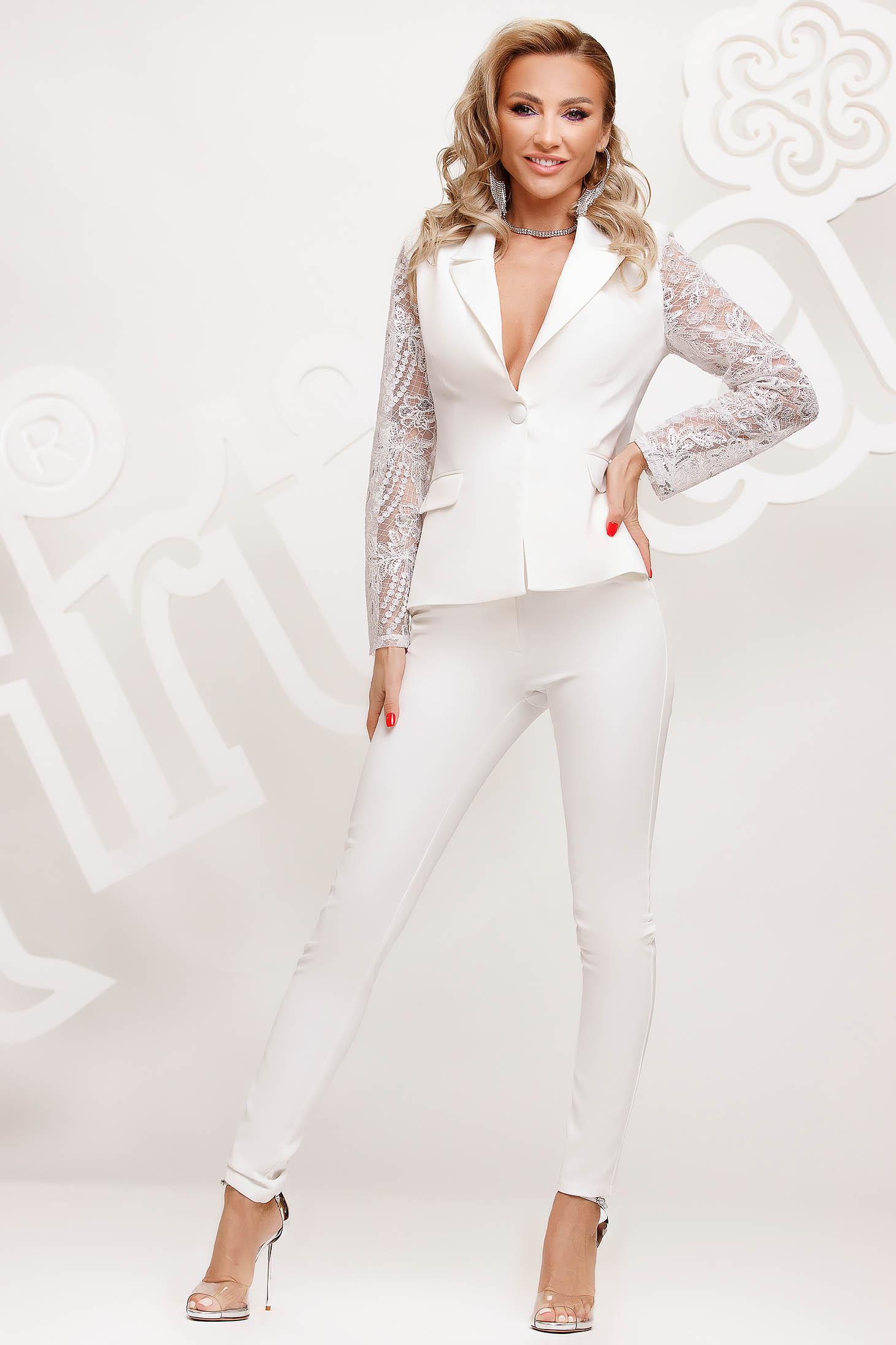 Fehér női kosztüm csipke ujj elegáns karcsusított szabású