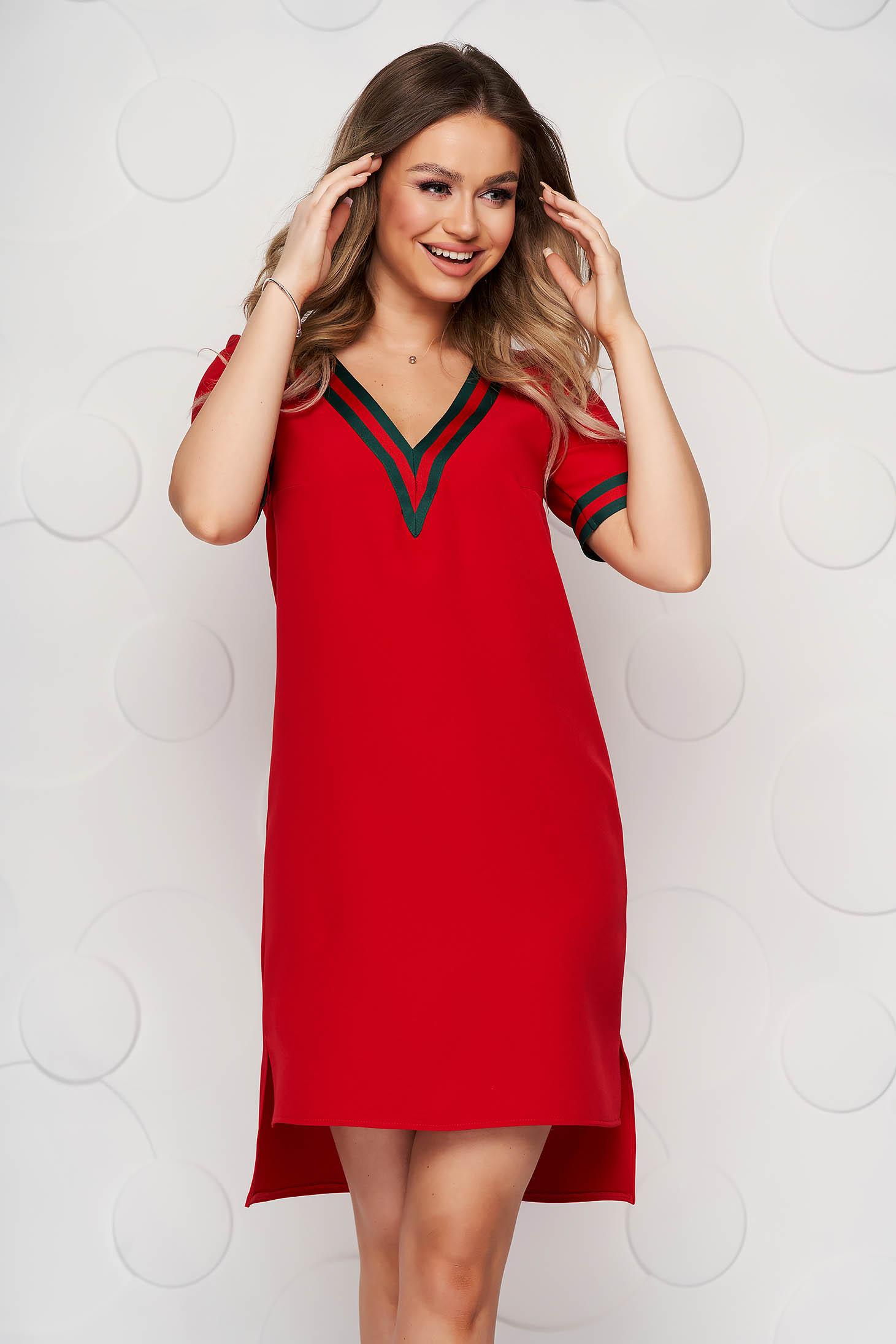 Rochie StarShinerS rosie cu un croi drept scurta asimetrica cu decolteu in v si banda decorativa aplicata