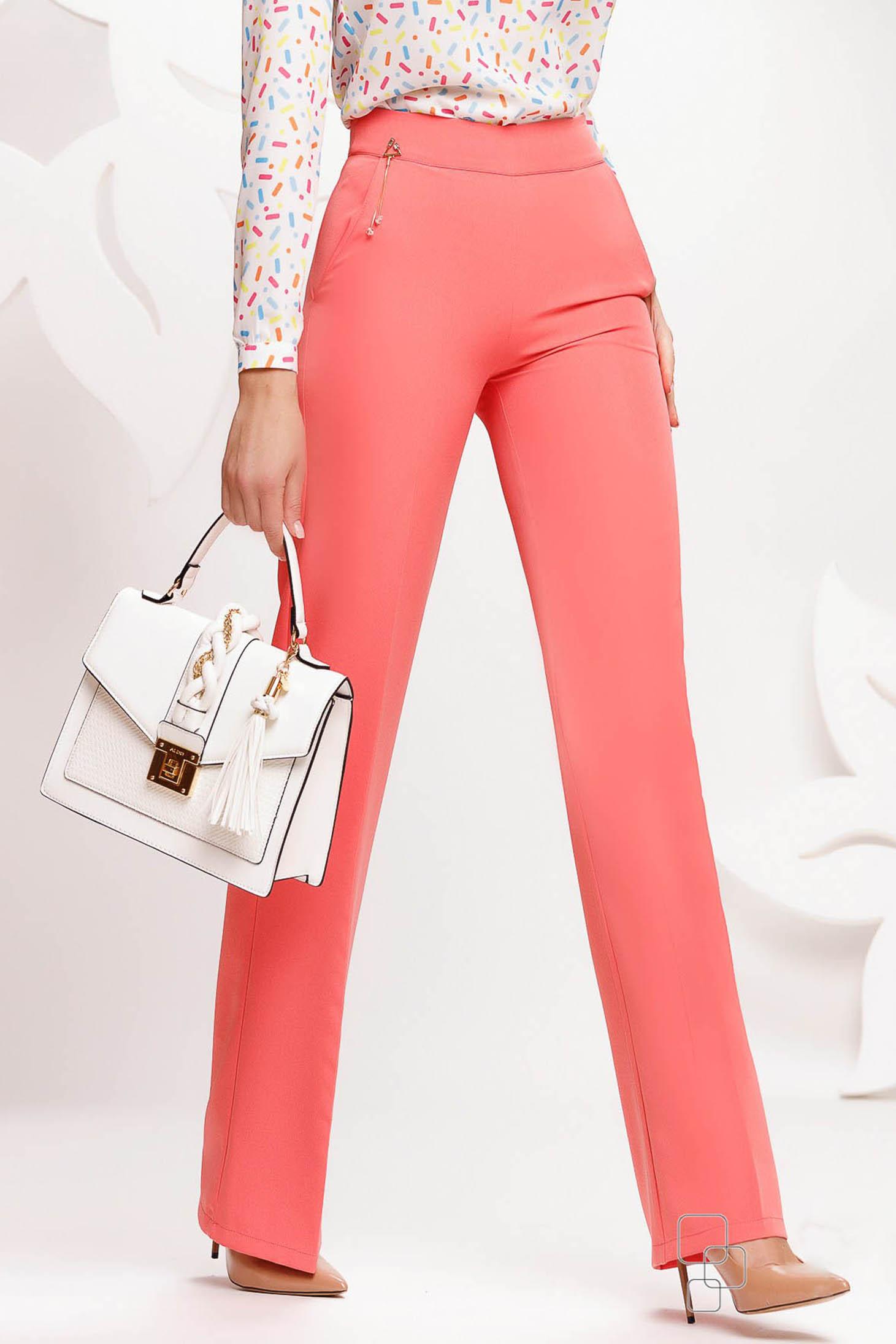 Pantaloni Fofy corai eleganti evazati cu talie inalta accesorizati cu lantisor