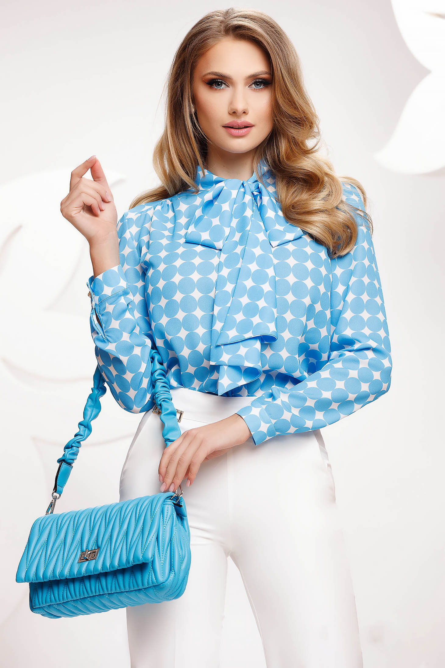 Bluza dama Fofy albastra cu buline din voal cu croi larg care se leaga cu fundita