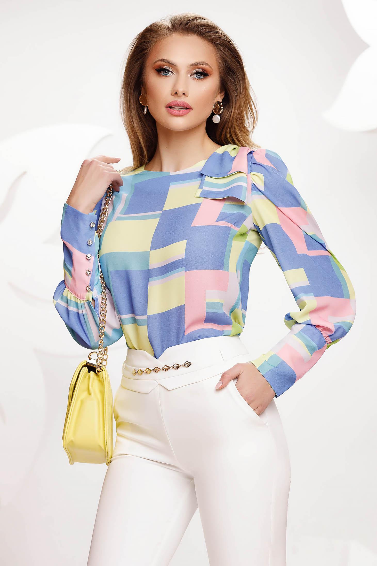 Bluza dama Fofy albastra cu imprimeuri geometrice mulata cu mansete prinse cu butoni tip perluta