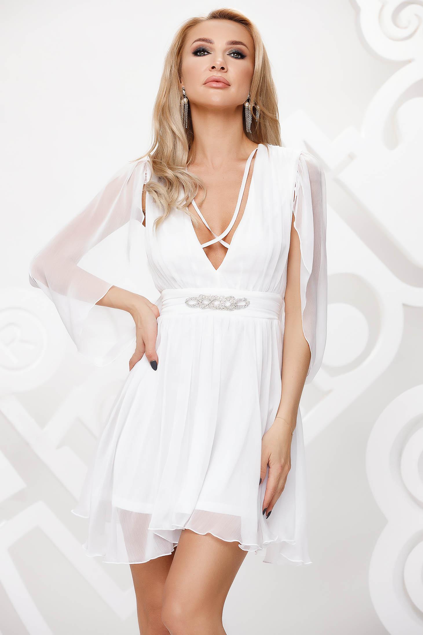 Fehér alkalmi harang ruha muszlinból, lenge áttetsző anyag strasszos kiegészítővel ellátott