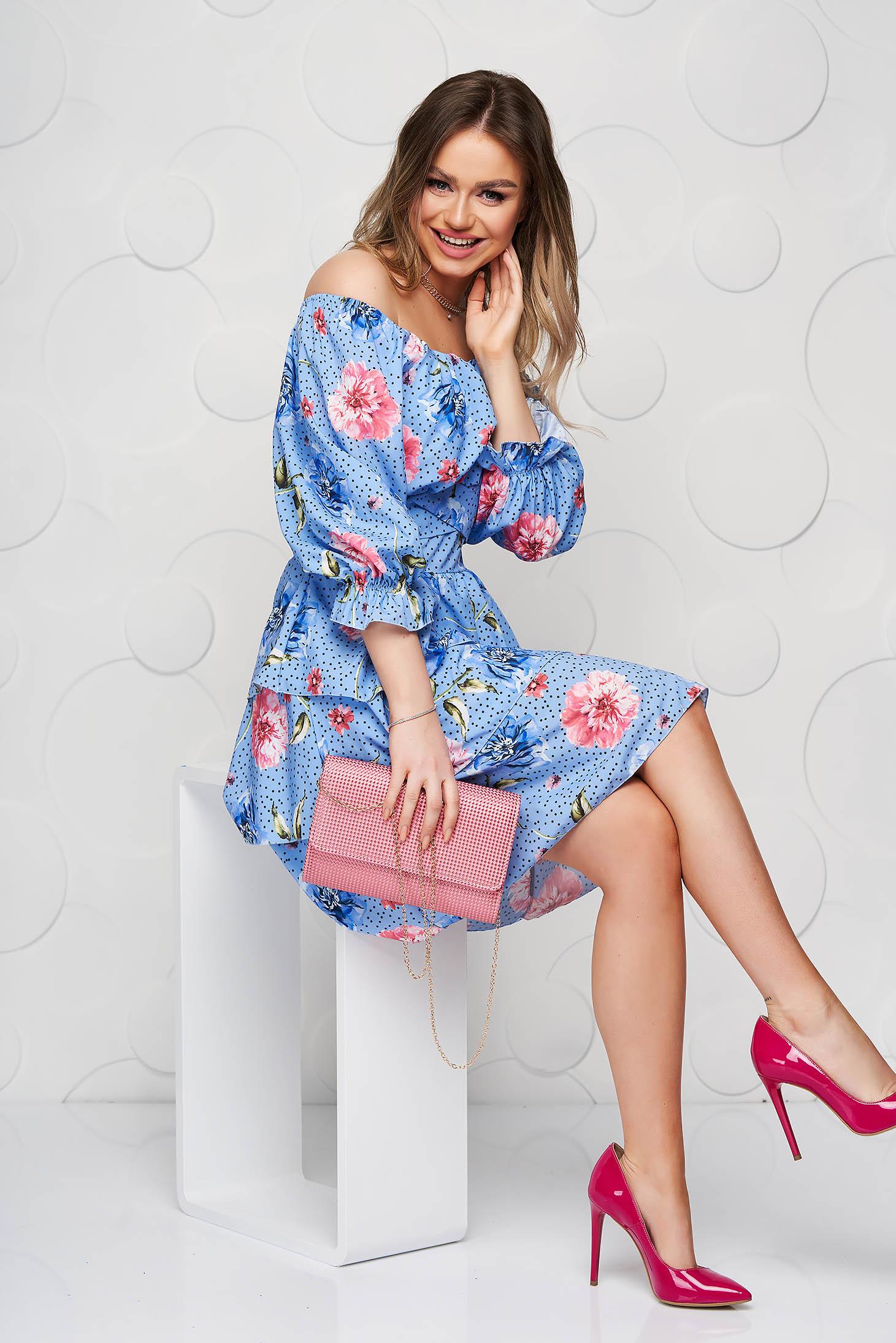 Rochie SunShine albastra cu imprimeu floral si buline din material vaporos scurta pe umeri