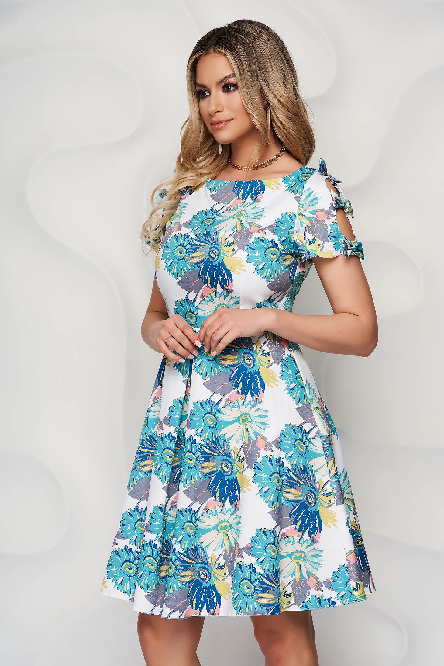 Rochie alba cu imprimeu floral albastru din material usor elastic in clos accesorizata cu fundite