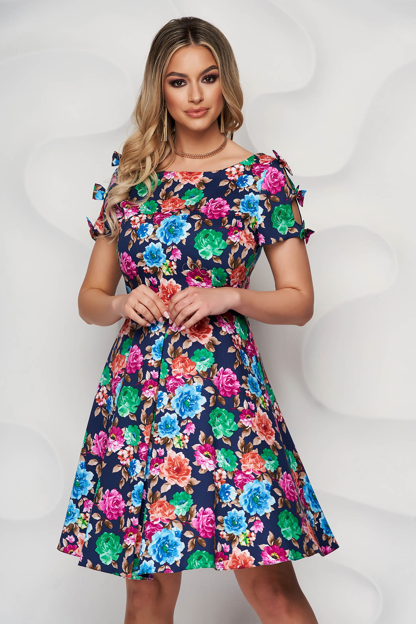 Rochie cu imprimeu floral multicolor din material usor elastic in clos accesorizata cu fundite