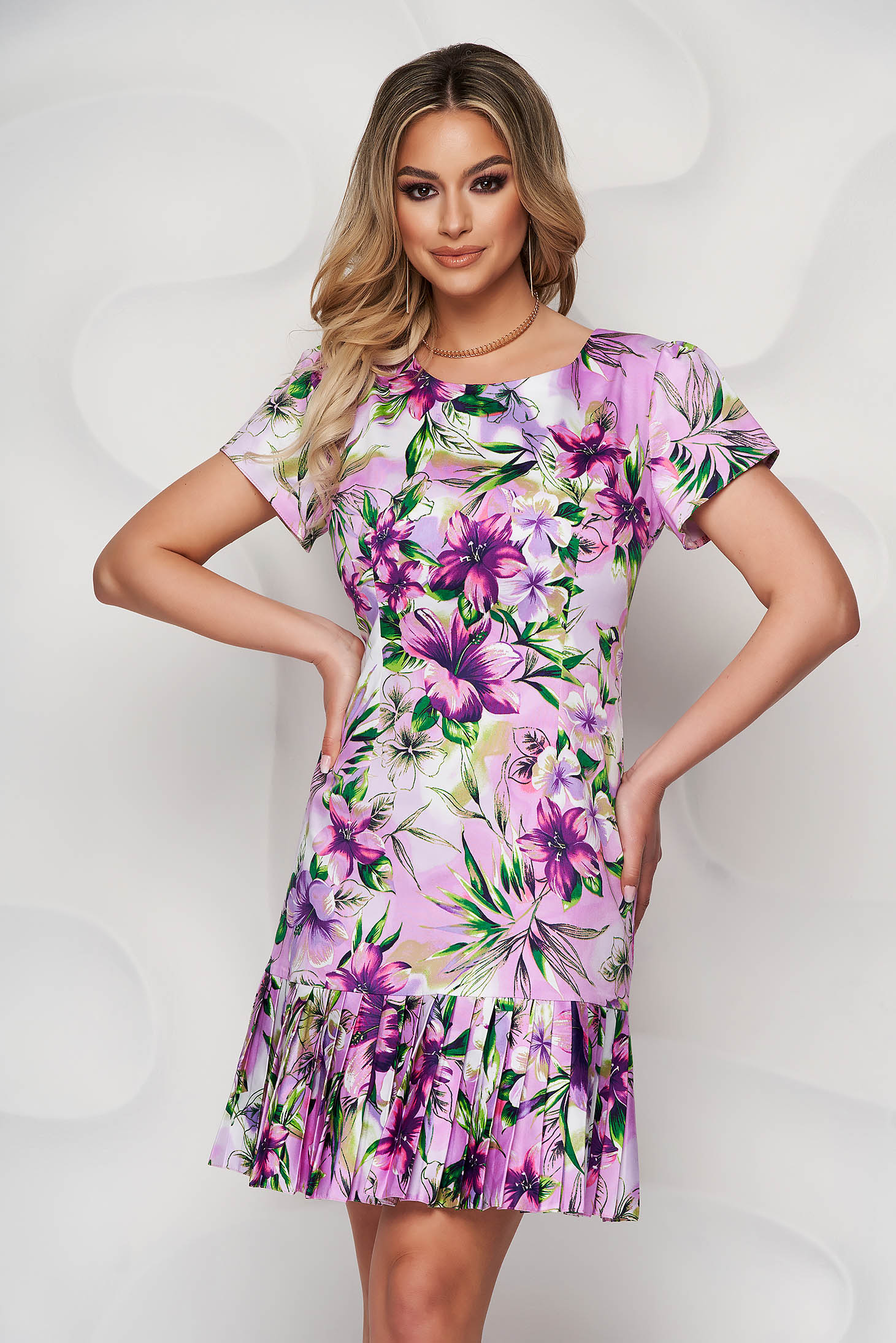 Lila dress with rounded cleavage with floral print pleats of material midi