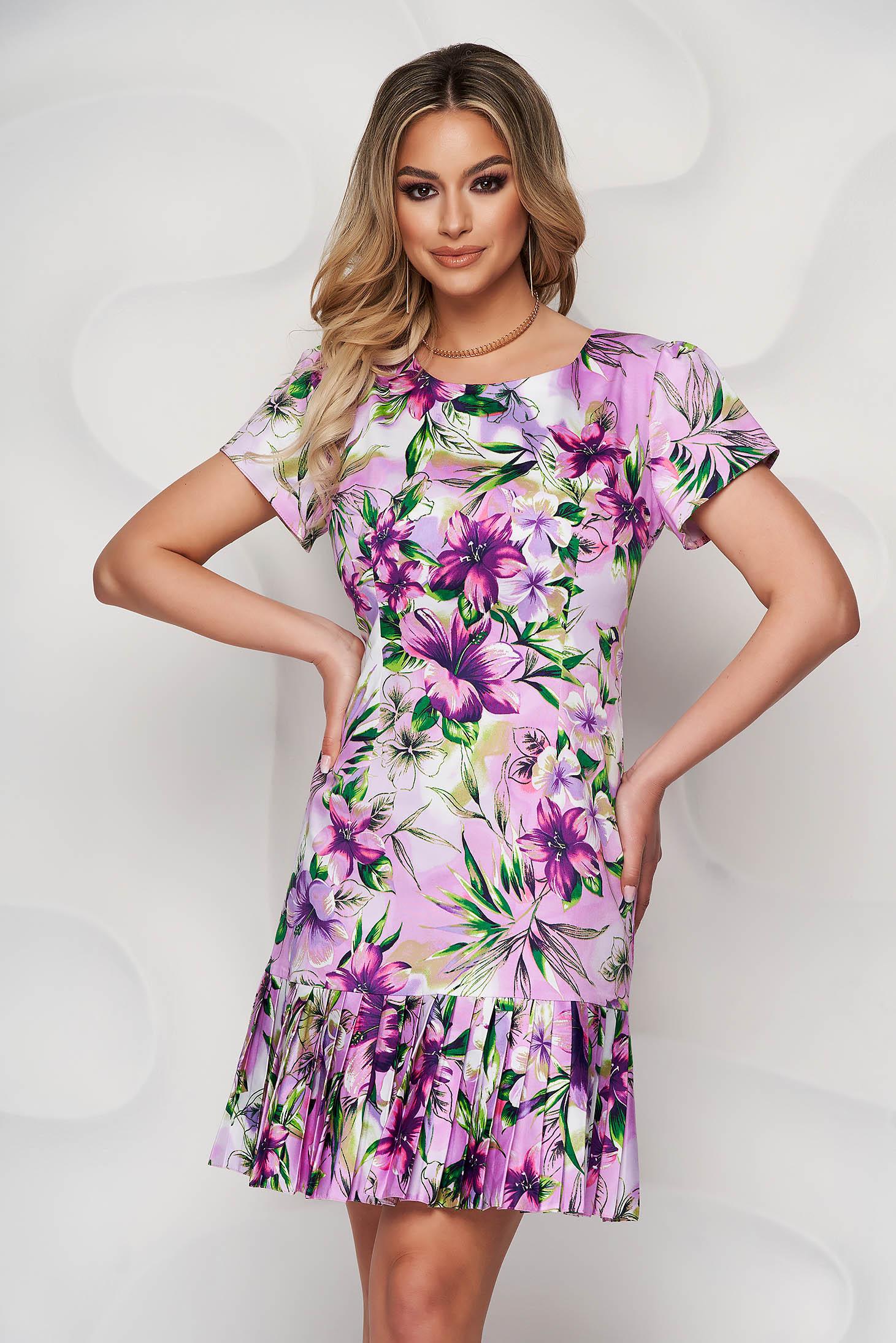 Lila midi virágmintás ruha kerekített dekoltázssal és rakott berakásokkal a ruha alján