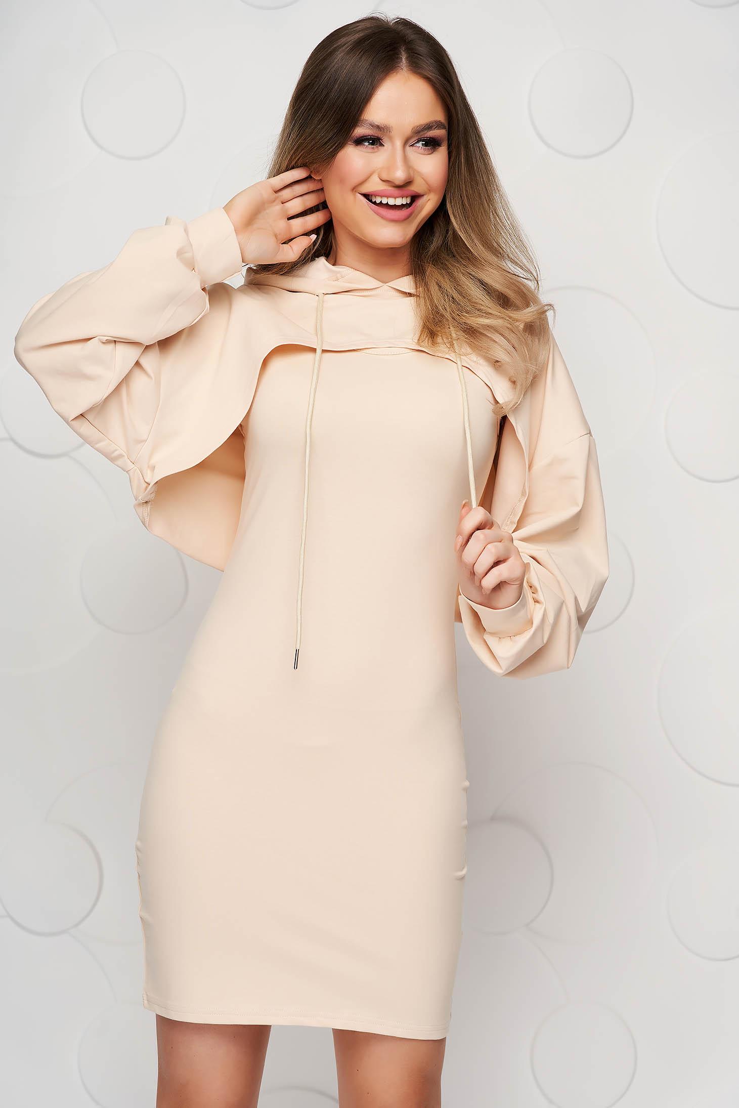 Krémszínű casual galléros női kosztüm kerekített dekoltázssal enyhén rugalmas anyagból