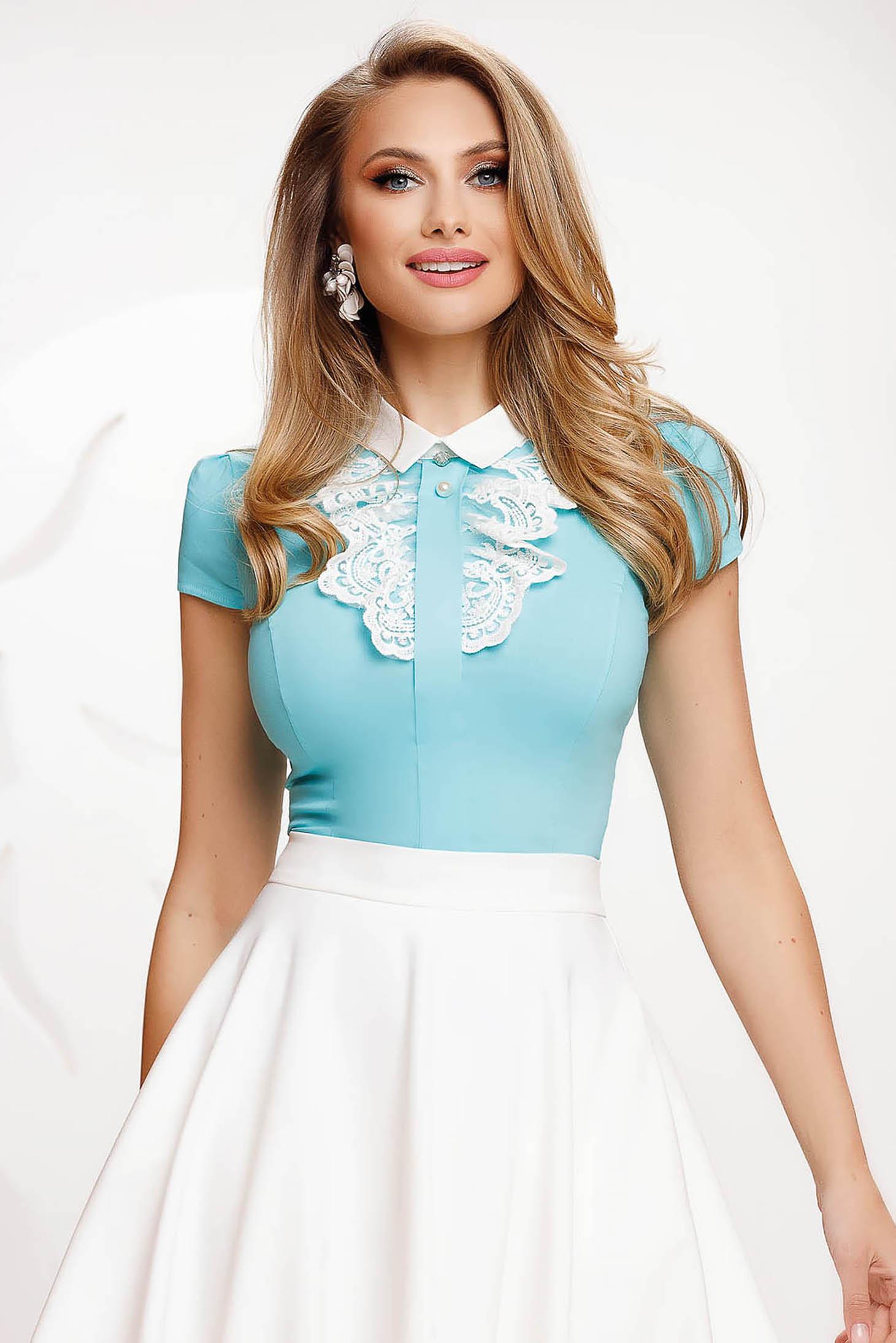 Camasa dama Fofy albastra din bumbac cambrata cu aplicatii de dantela eleganta