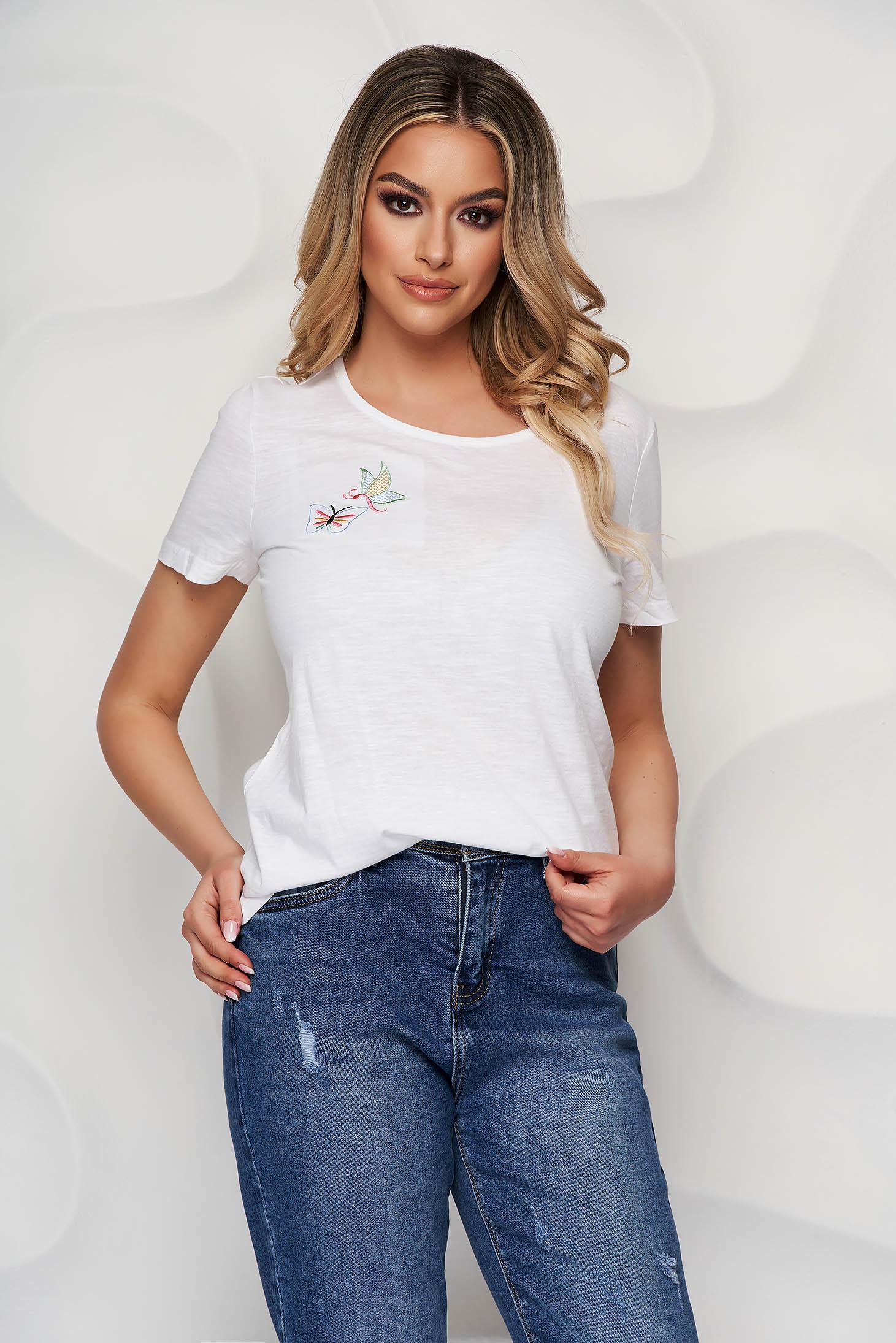 Tricou StarShinerS alb din bumbac organic scurt cu guler rotunjit si detalii brodate unice